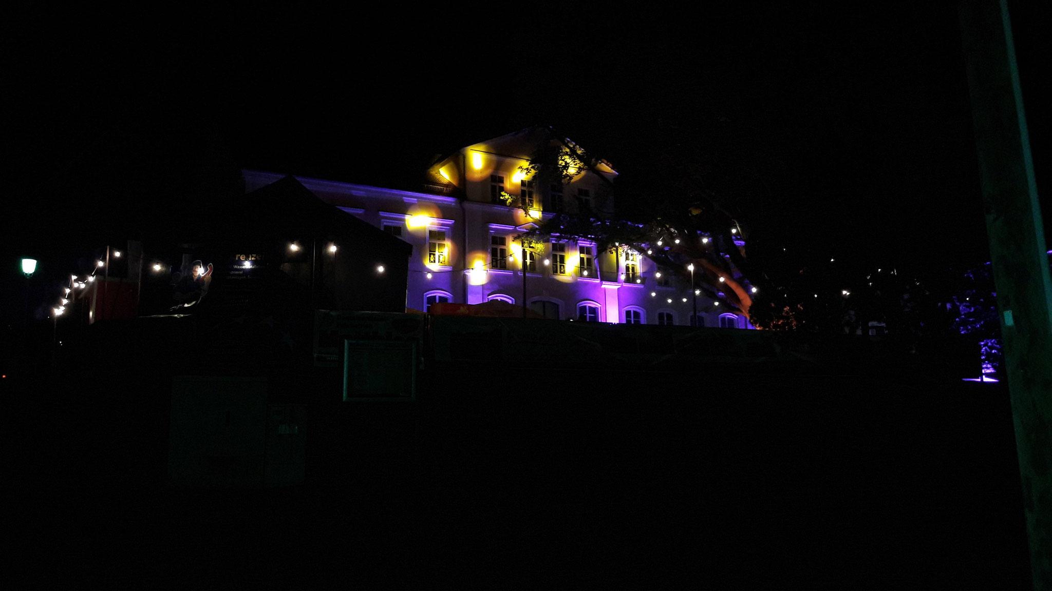 Im passenden Licht eingetaucht startete die Coverband Freigeist dann das Abendprogramm auf dem sehr gut gefülltem Schulhof. Mit dem gesponsertem Feuerwerk von Weco und chilliger Musik fand auch der Samstag so langsam seinen Ausklang.