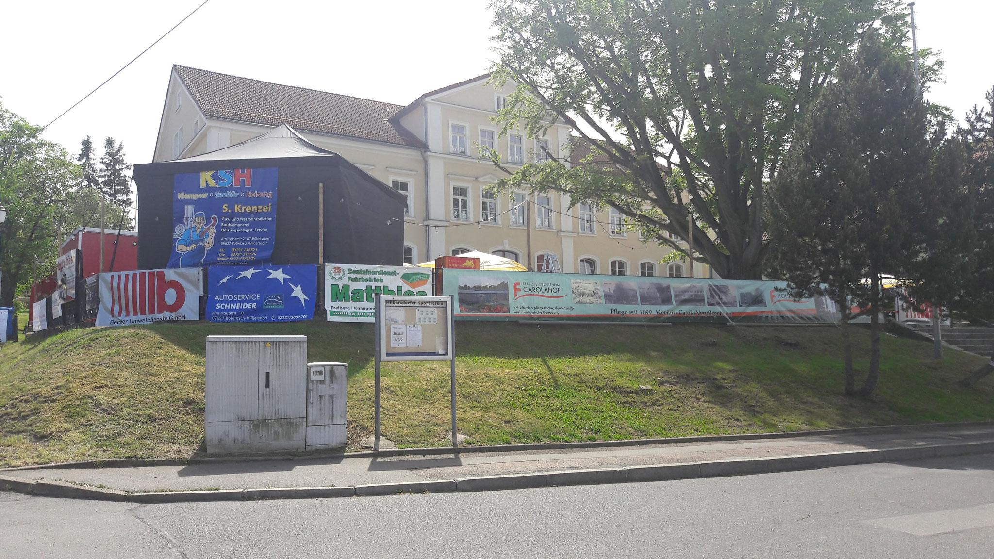 Der Zaun der Schule wird ratfatz zur größten Werbetafel von Hilbersdorf. Auf diesem Weg auch nochmal ein herzlichen Dank an all unsere Sponsoren und natürlich auch an alle die geholfen haben!