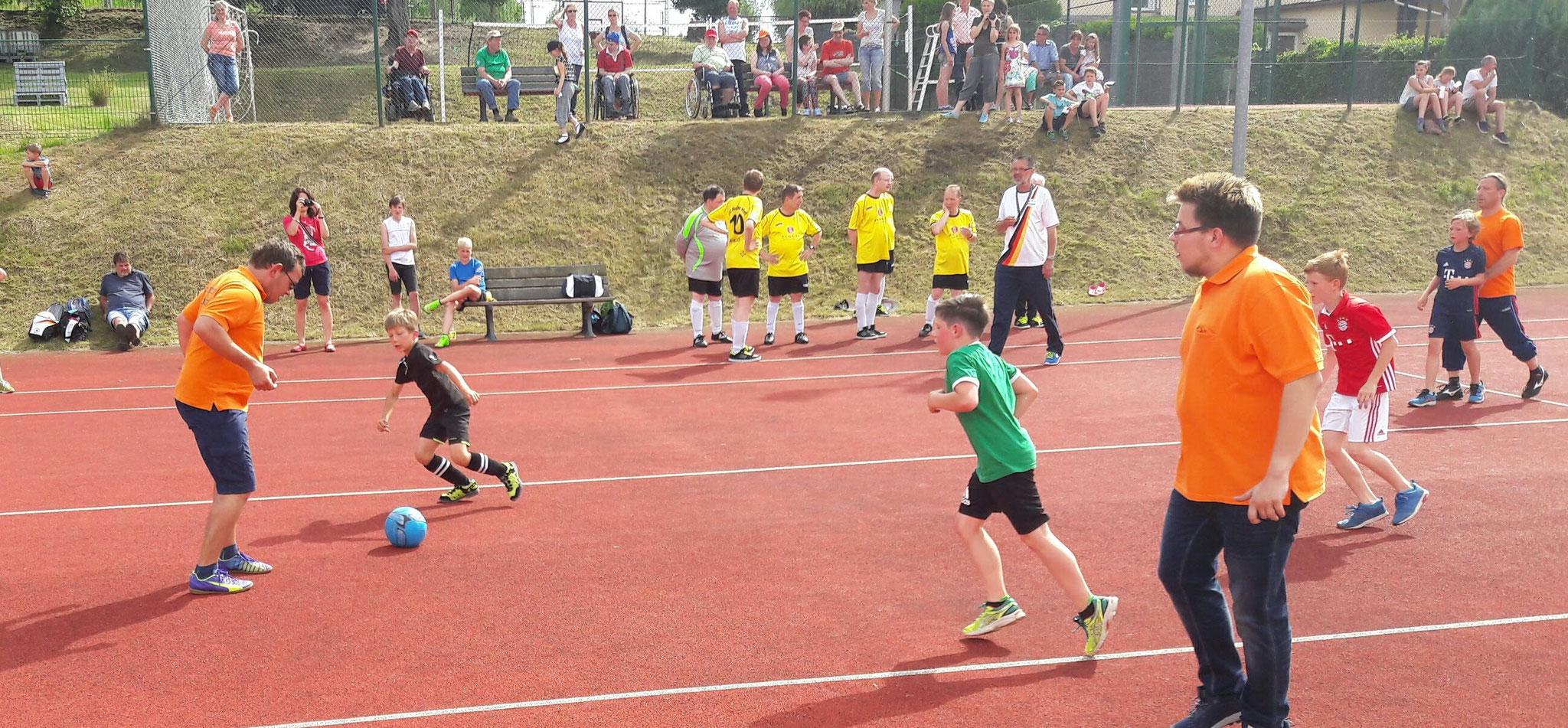 Anpfiff! Mit einem Fussballturnier auf dem Tennisplatz geht es nun los. Pünktlich 18:00 Uhr erfolgt dann die Eröffnung des Festes auf dem Schulhof inkl. Siegerehrung.