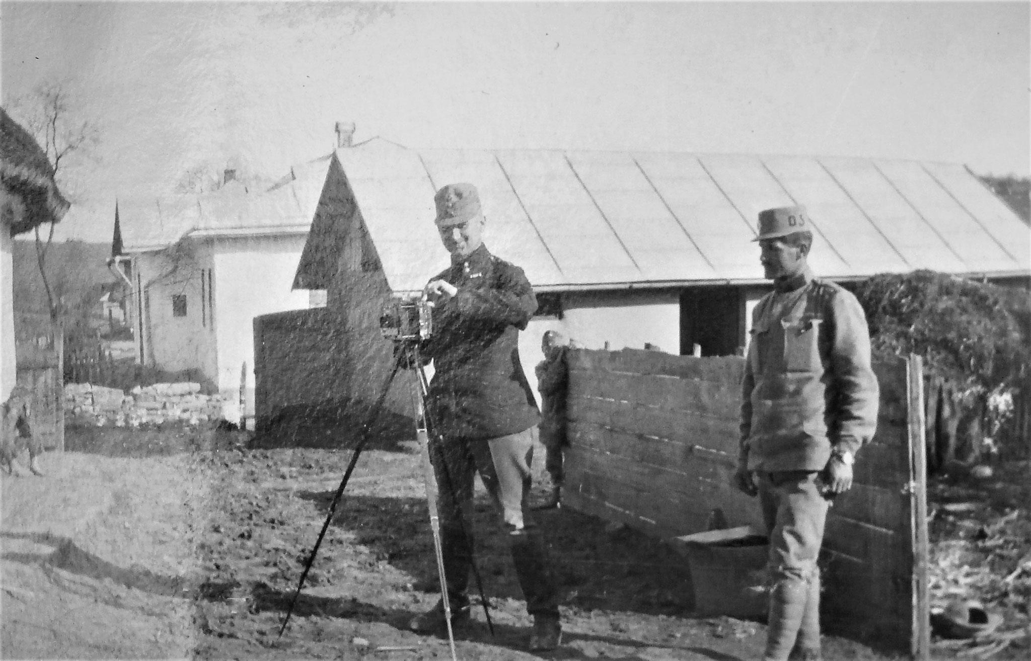 Kloucek mit einem Offiziersdiener.