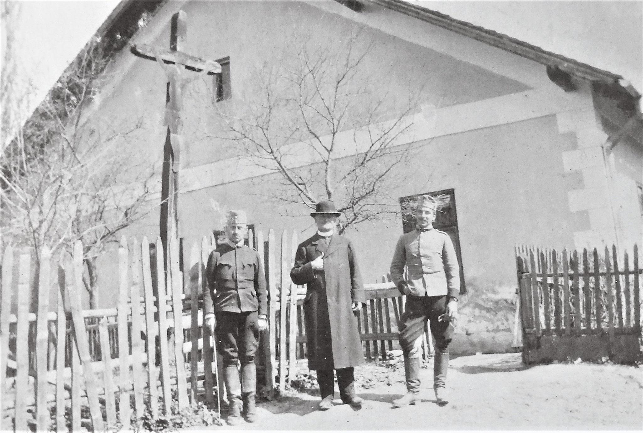 Rtm. Lang, der Pfarrer, Oblt Sulkowski.