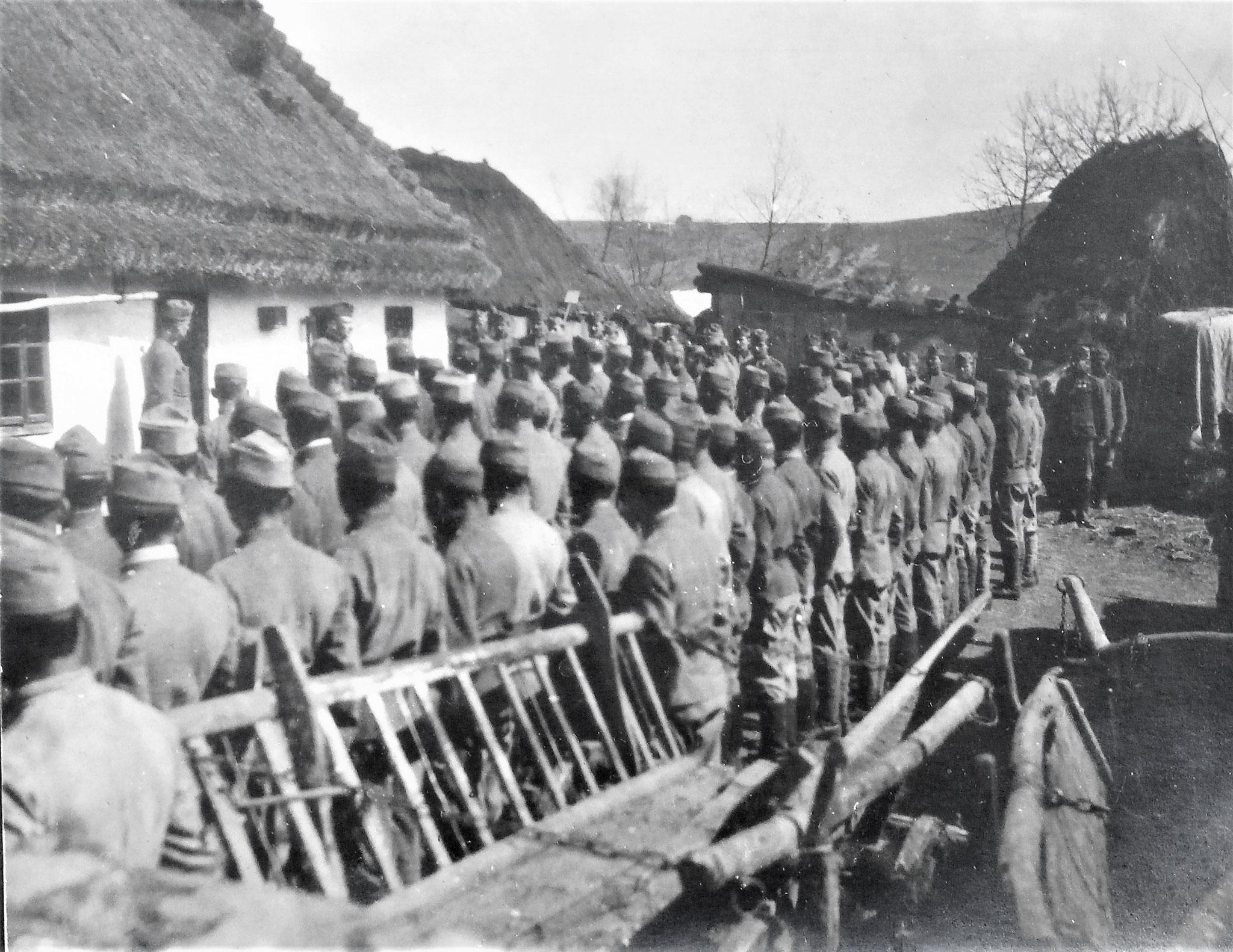 vor der ausgerückten Eskadron im Hofe bei der Eskadronskanzlei