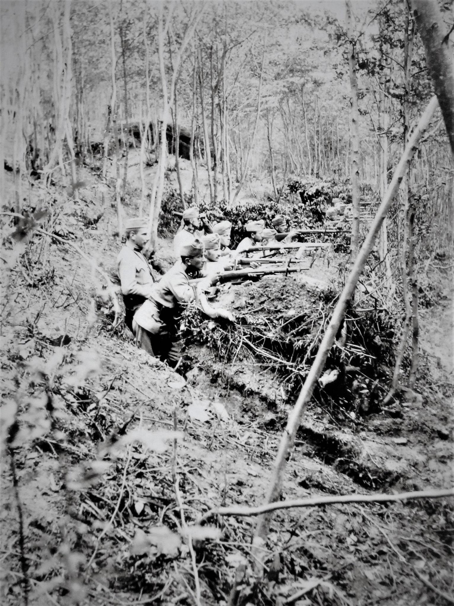 Fwache Nr 13, am Südende der zerstörten Brücke Michalcze – Uscieczko: 10./8. Stehend: vorne Sulkowski, rückwärts Wchtm. Abel (4. Zug).