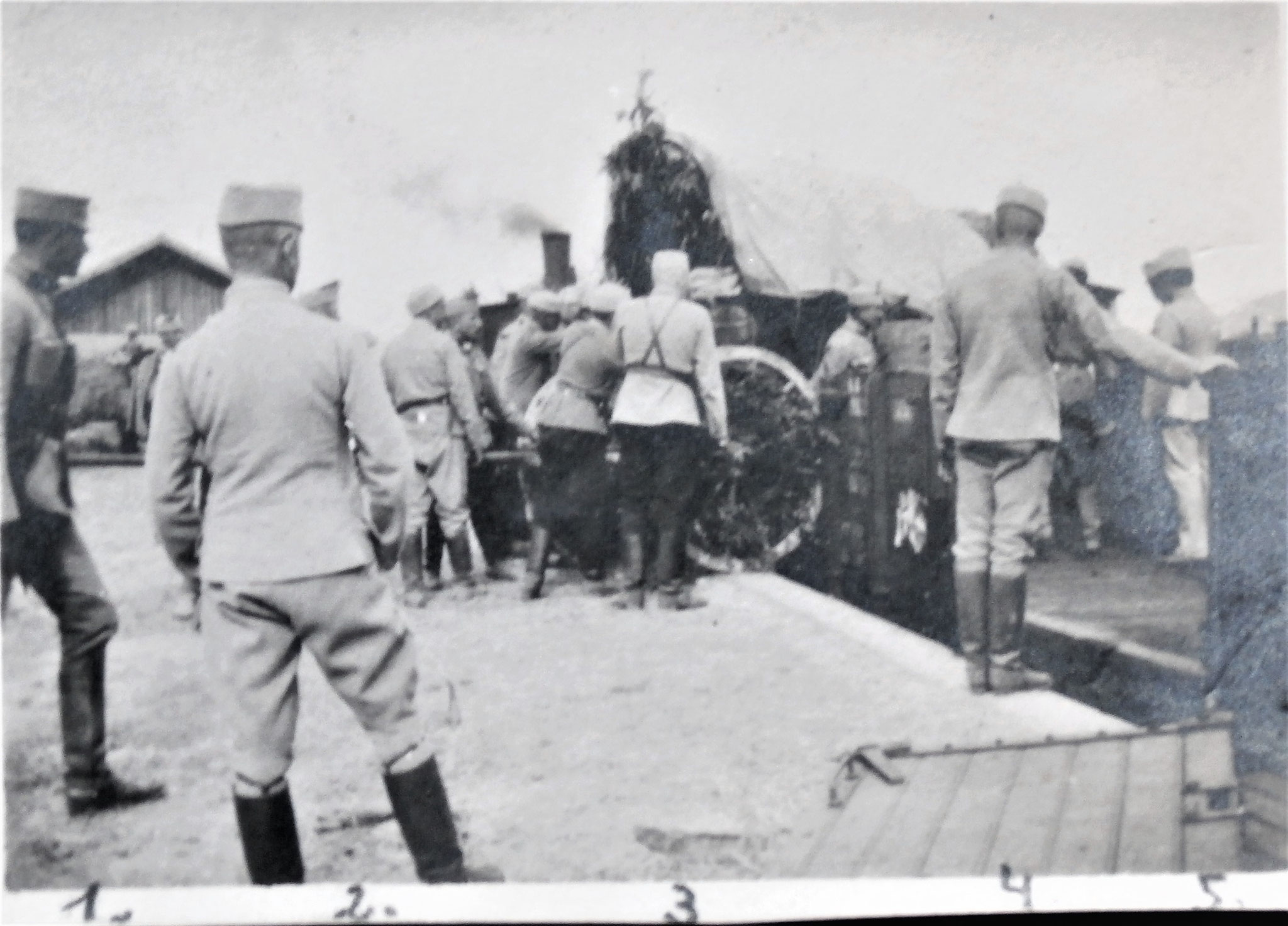 Einwaggonierung (in Homona) des Trains der 3. Esk. ; 1. Kirchbach, 2. Lang, 3. ich, 4. Wchtm. Abel des 4. Zuges, 5. Der Bahnhofkmdt von Homona.
