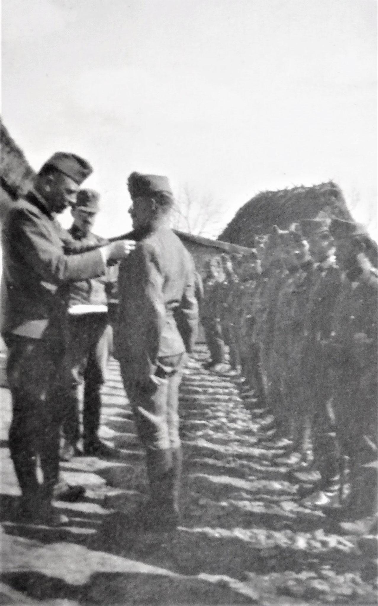 Tapferkeitsmedaillen für die letzten Kämpfe bei Latacz.