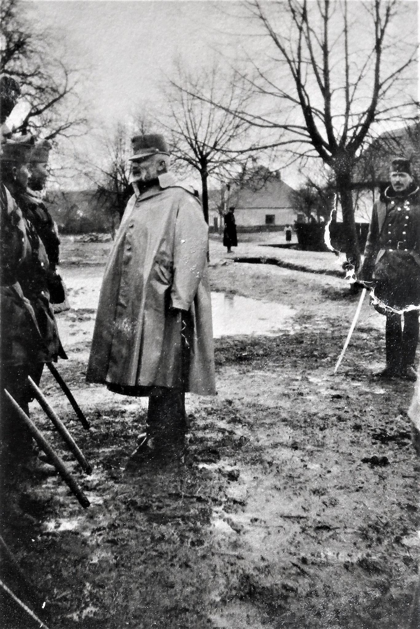 AOKmdt FM. Erzh. Friedrich bei der I. Div /DR 5, Frontbesuch 3. Armee, in Galbatö [Gaboltov].