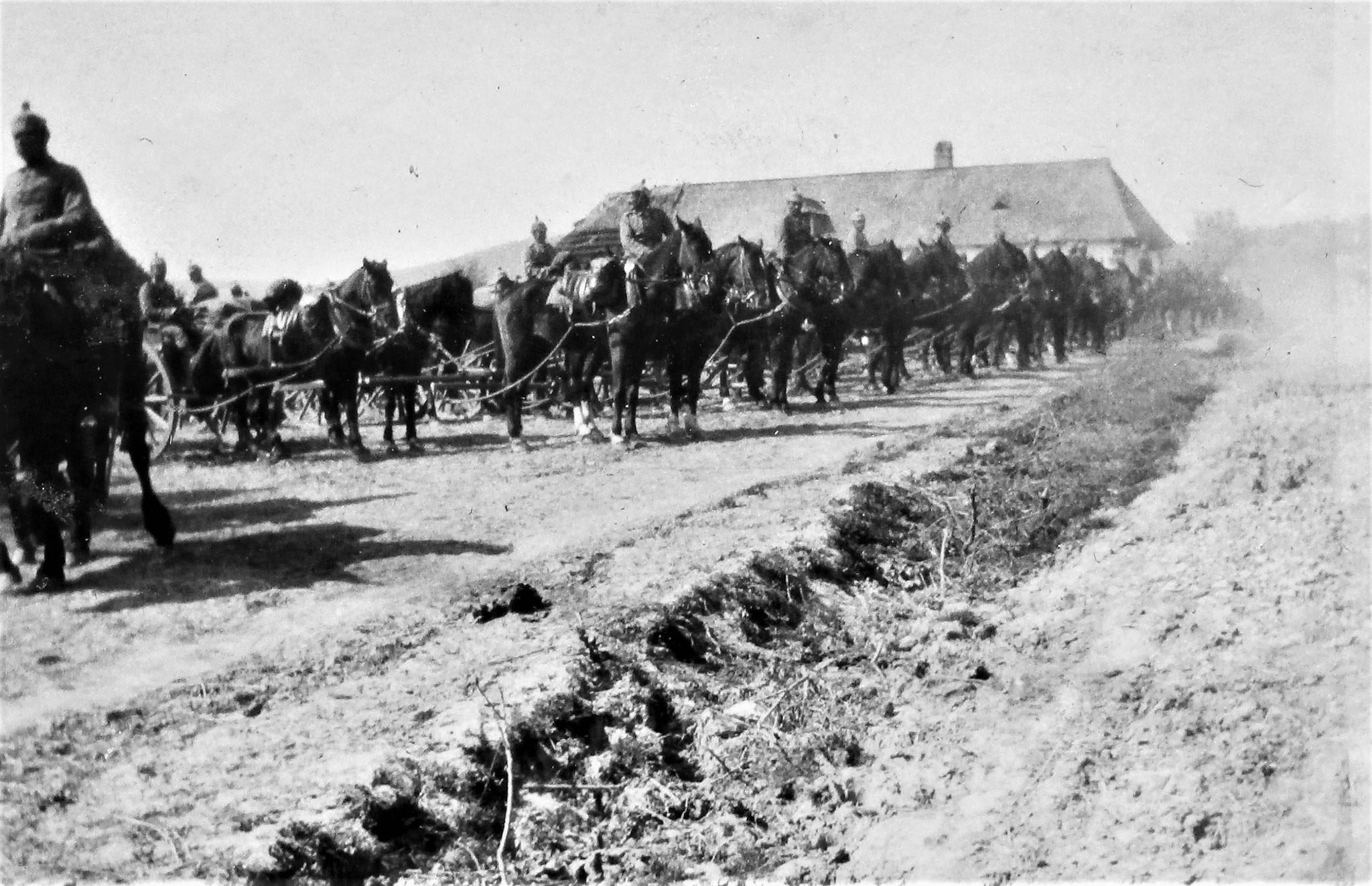 Deutsche Munitionskolonne, die erste deutsche Abteilung, die wir im Felde begegneten.