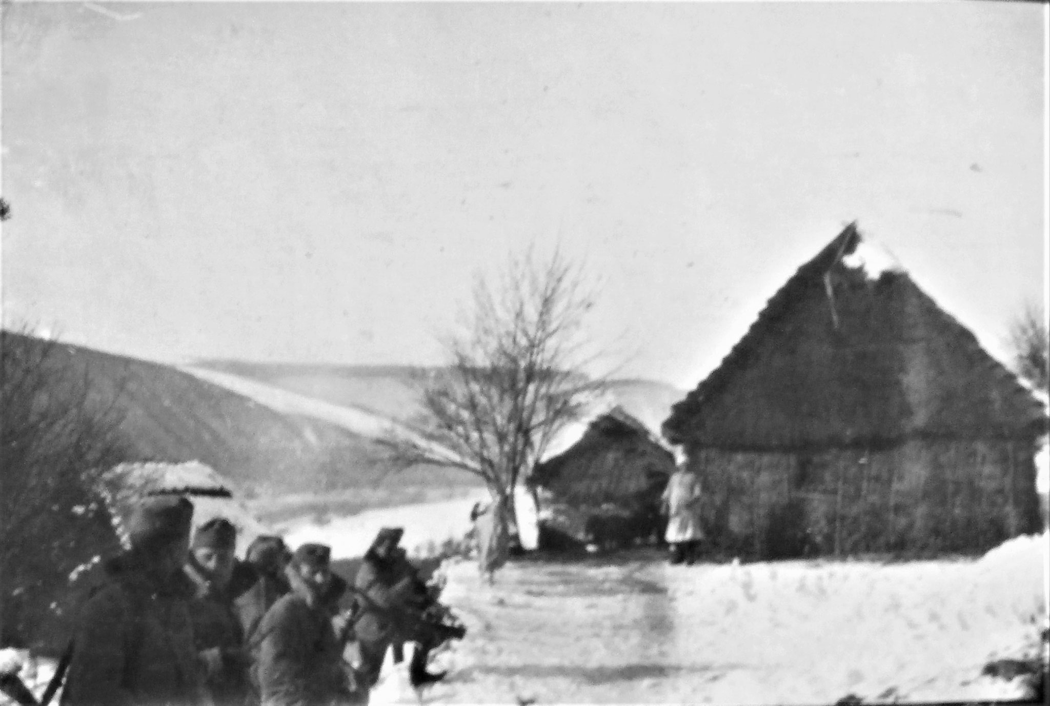 Links vorne eine Feldwache im Einrücken.