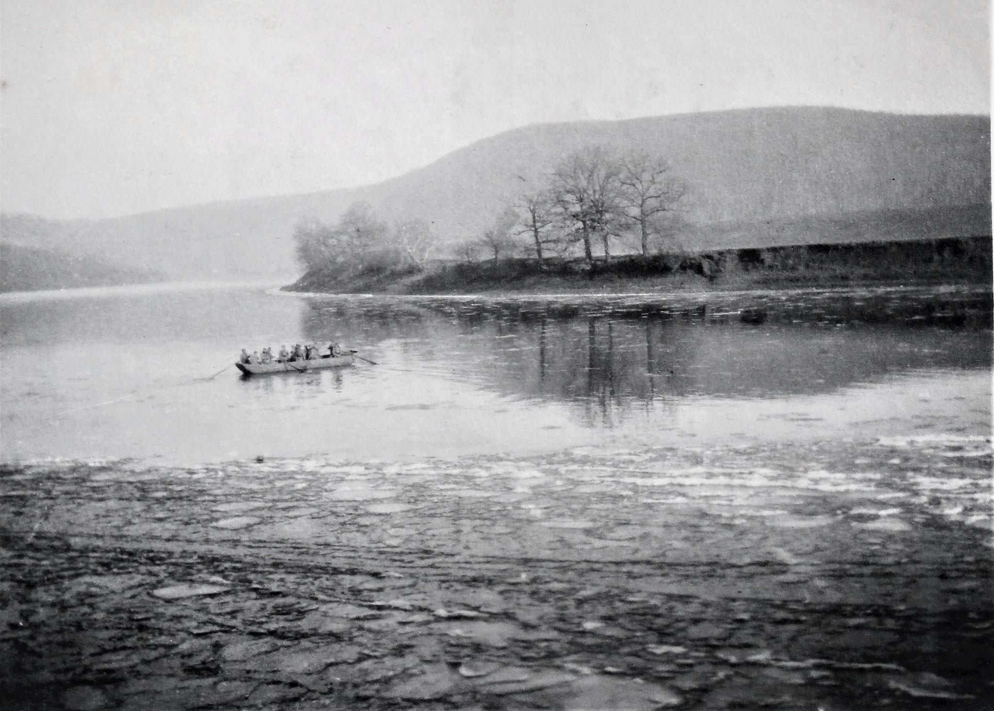 Ponton im Fluss; vorne Treibeis.
