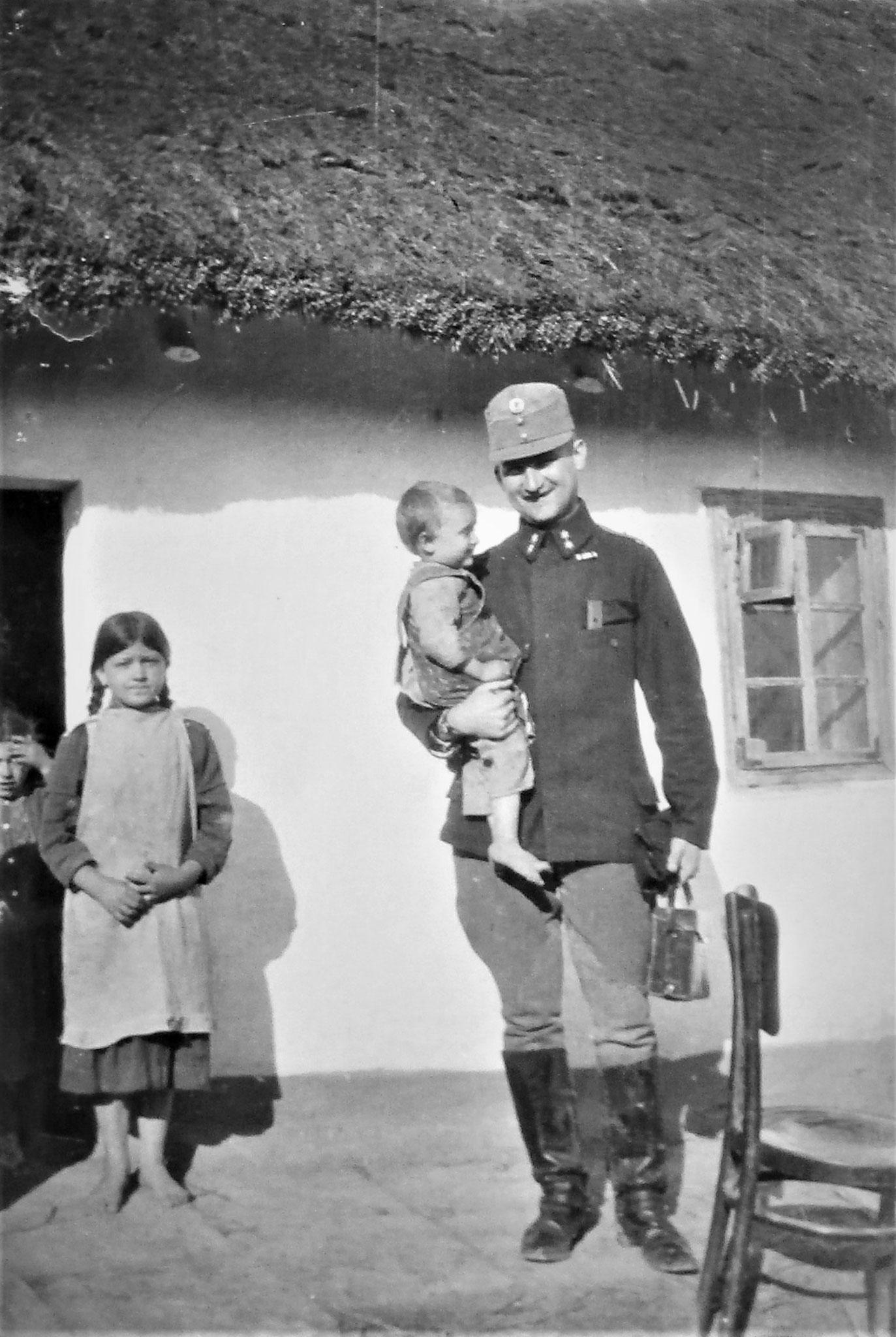 Kloucek mit den Kindern seiner Quartiergeber.