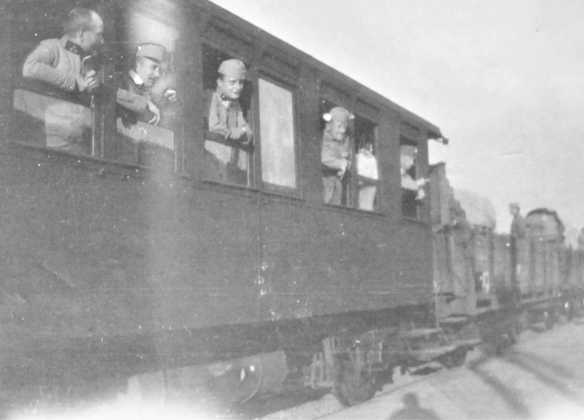 Kolbe, Uram, Polak, ich, Kranz.- Hinten Loris mit Trainwagen.
