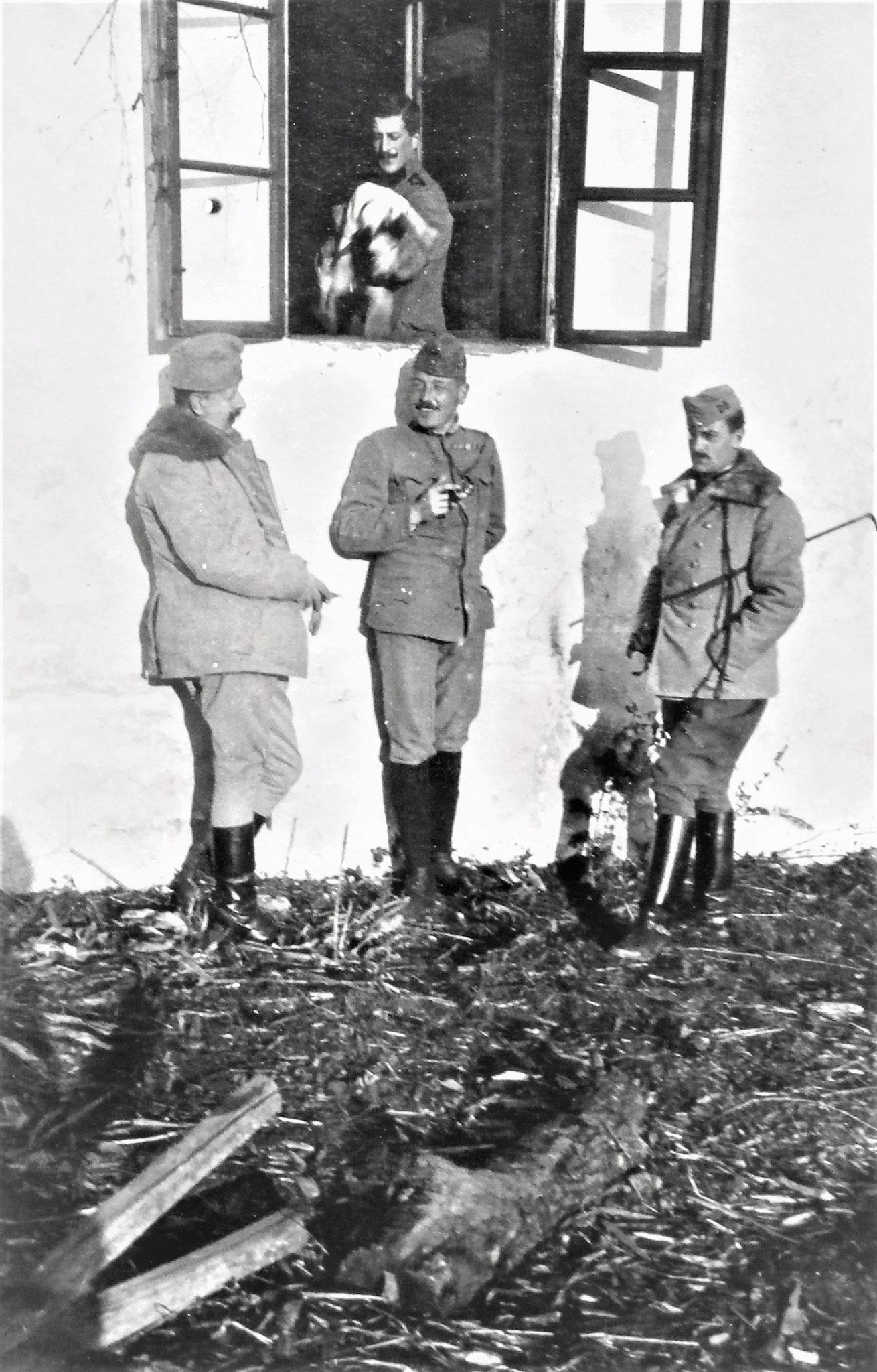 Pfersmann, ich, Hedenigg, im Fenster der Offzdiener Zenones mit dem Foxl Niki.