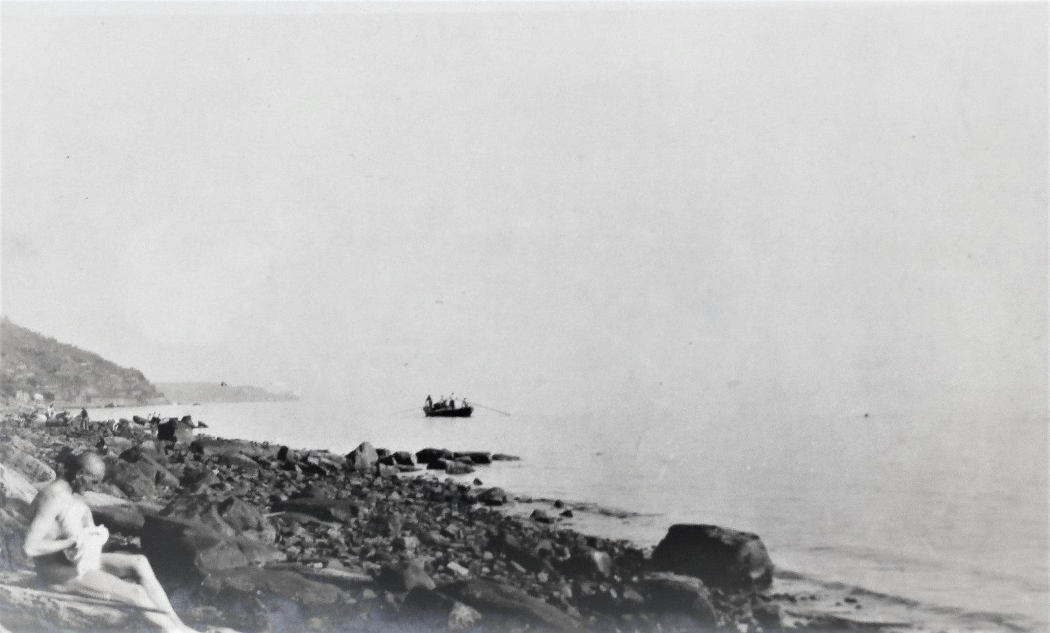 Bad im Meer, links vorne Penka; hinten links die Vorgebirge des Triester Golfes.