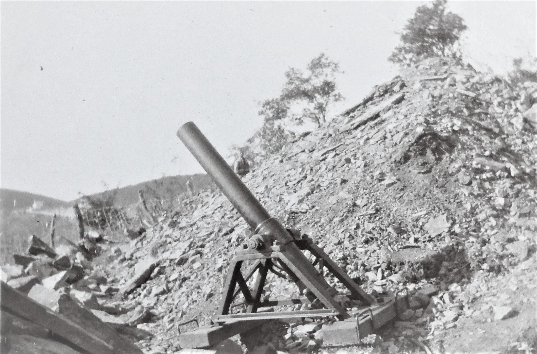 9 cm Minenwerfer primitivster Konstruktion.