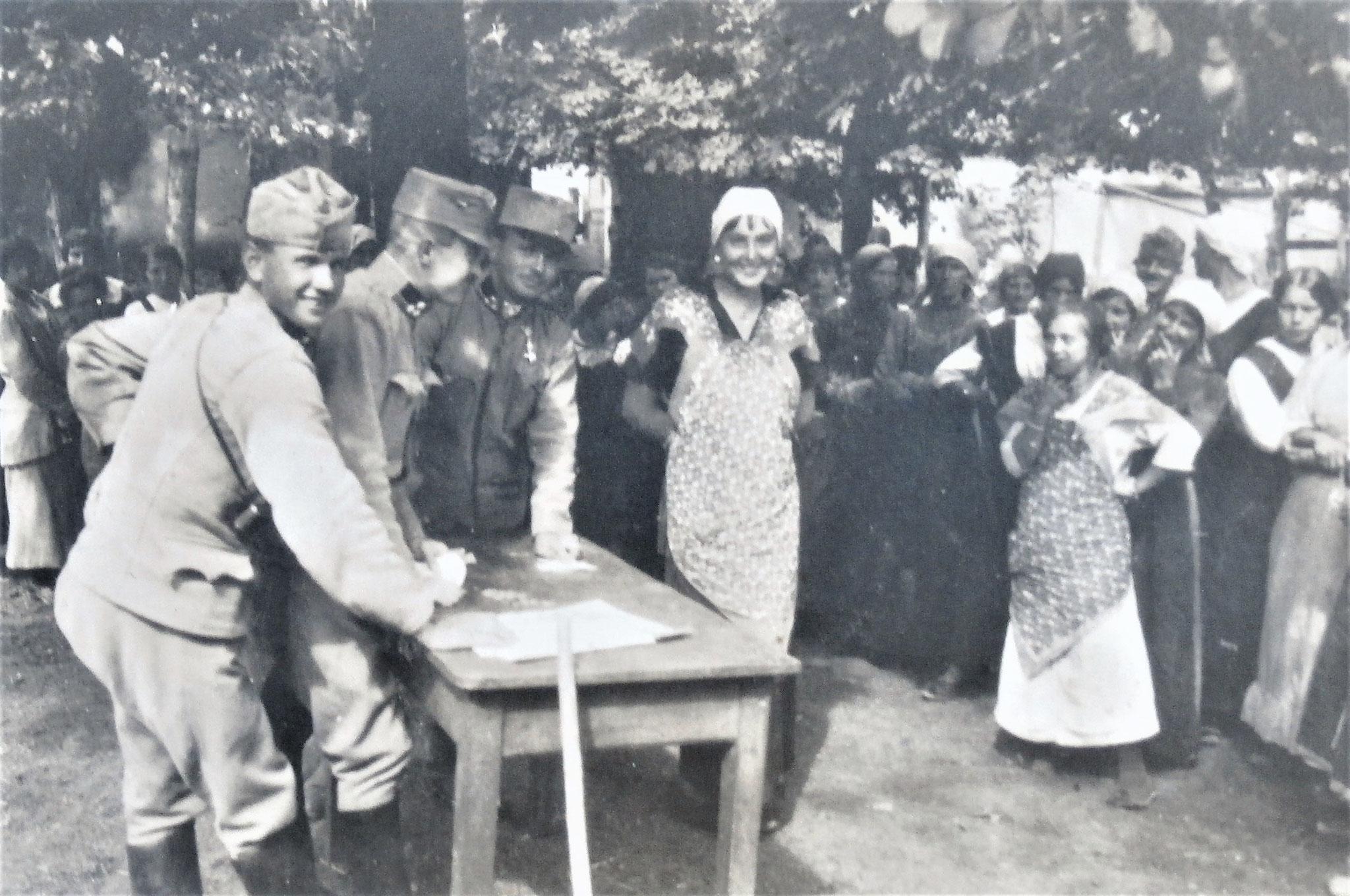 Eine hübsche Arbeiterin kommt zur Auszahlung. Am Tische: Metka, Stanz, Sancin.
