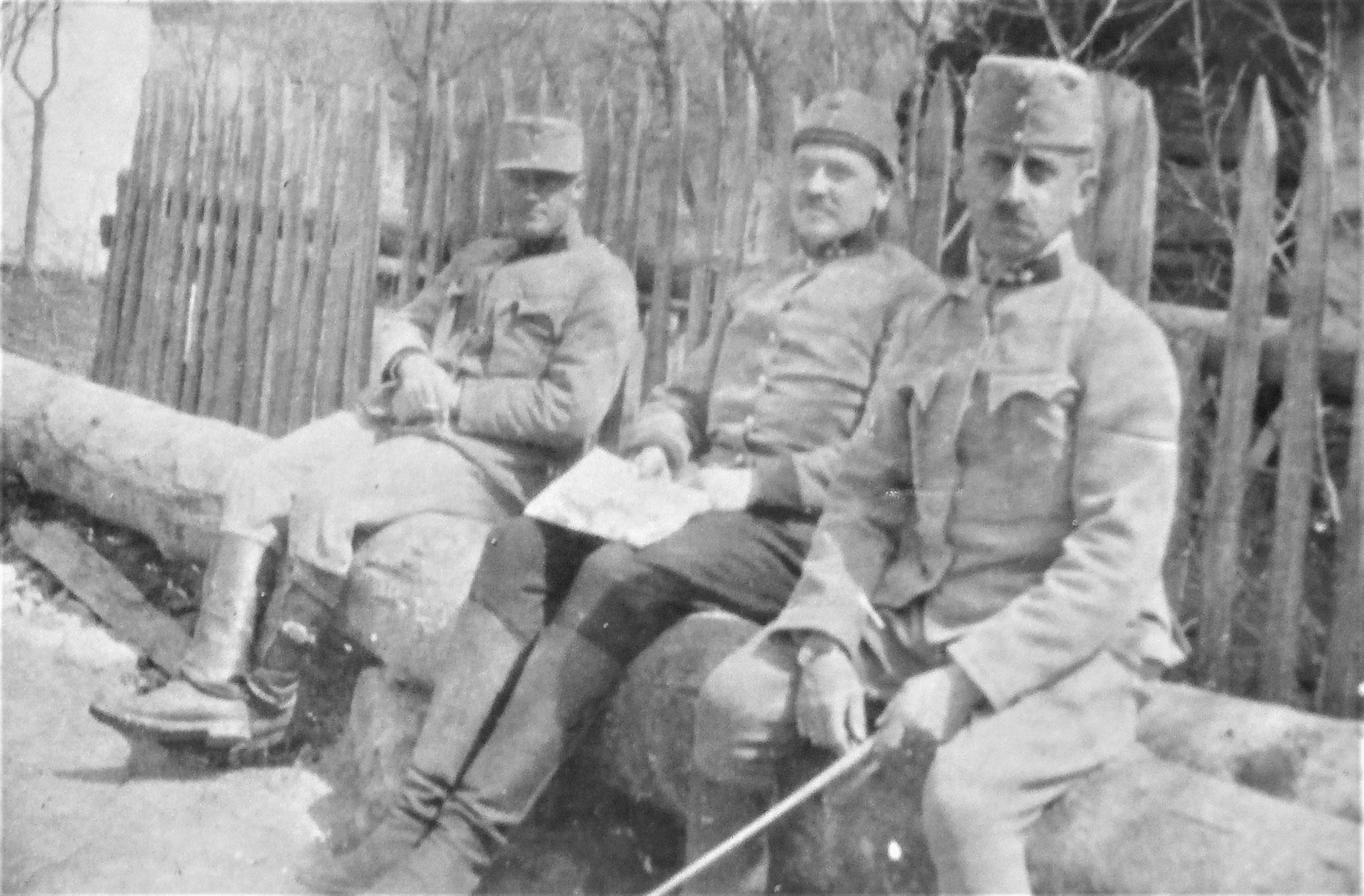 Vor dem Pfarrhaus Lt. Eduard Aldrian (4./FK.8), ich, Rtm Lang.