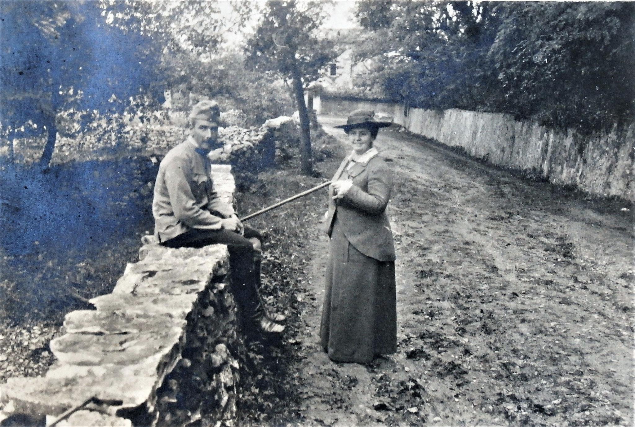 Sulkowski u. Frau gegenüber dem Schloss, wo Mannschaft u. Pferde untergebracht waren.