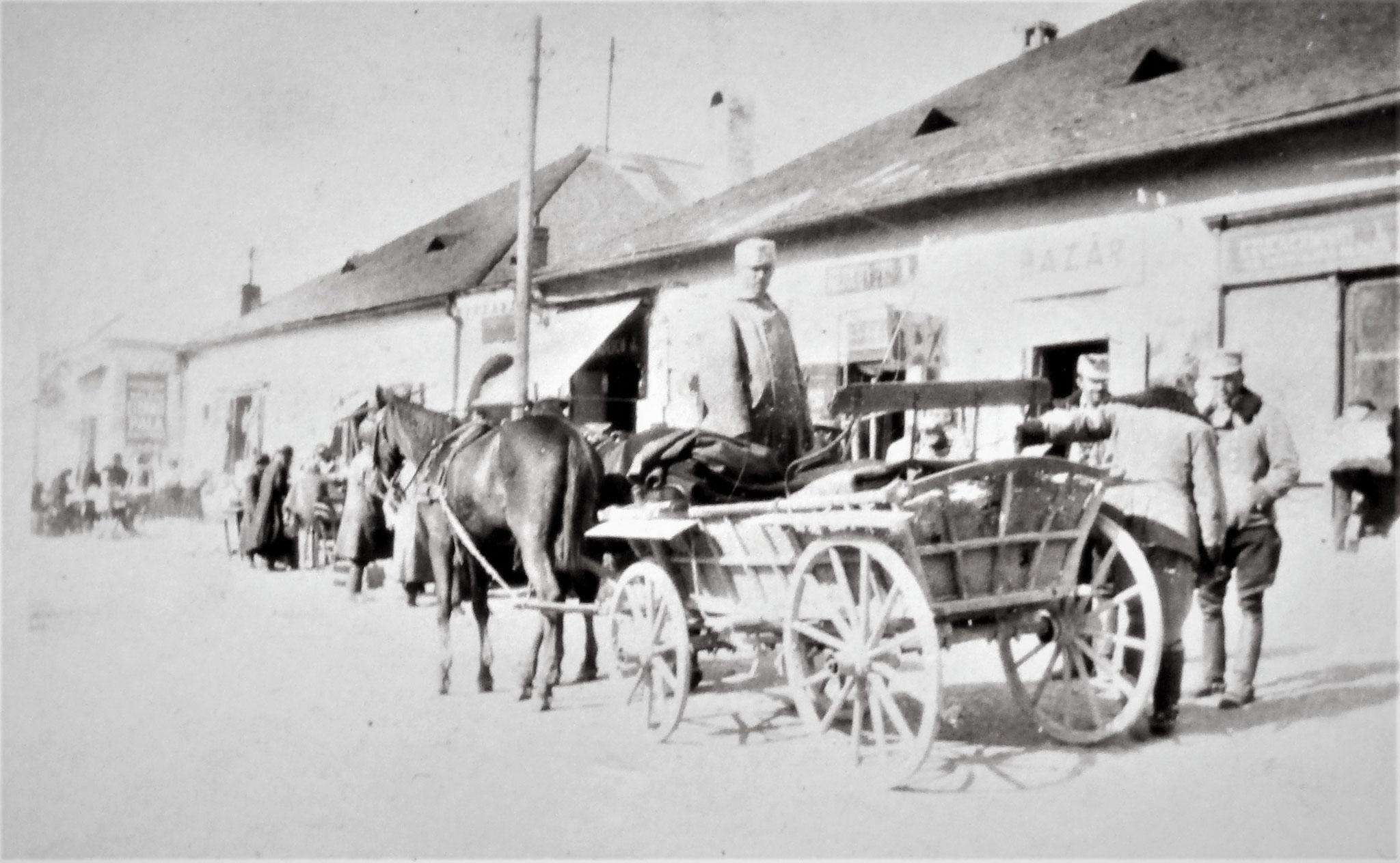 """Hauptplatz von Varanno, Einkaufen, unser Eskadrons- """"Zügl"""", rechts davon Lang u. Airoldi, rückwärts Stanz."""