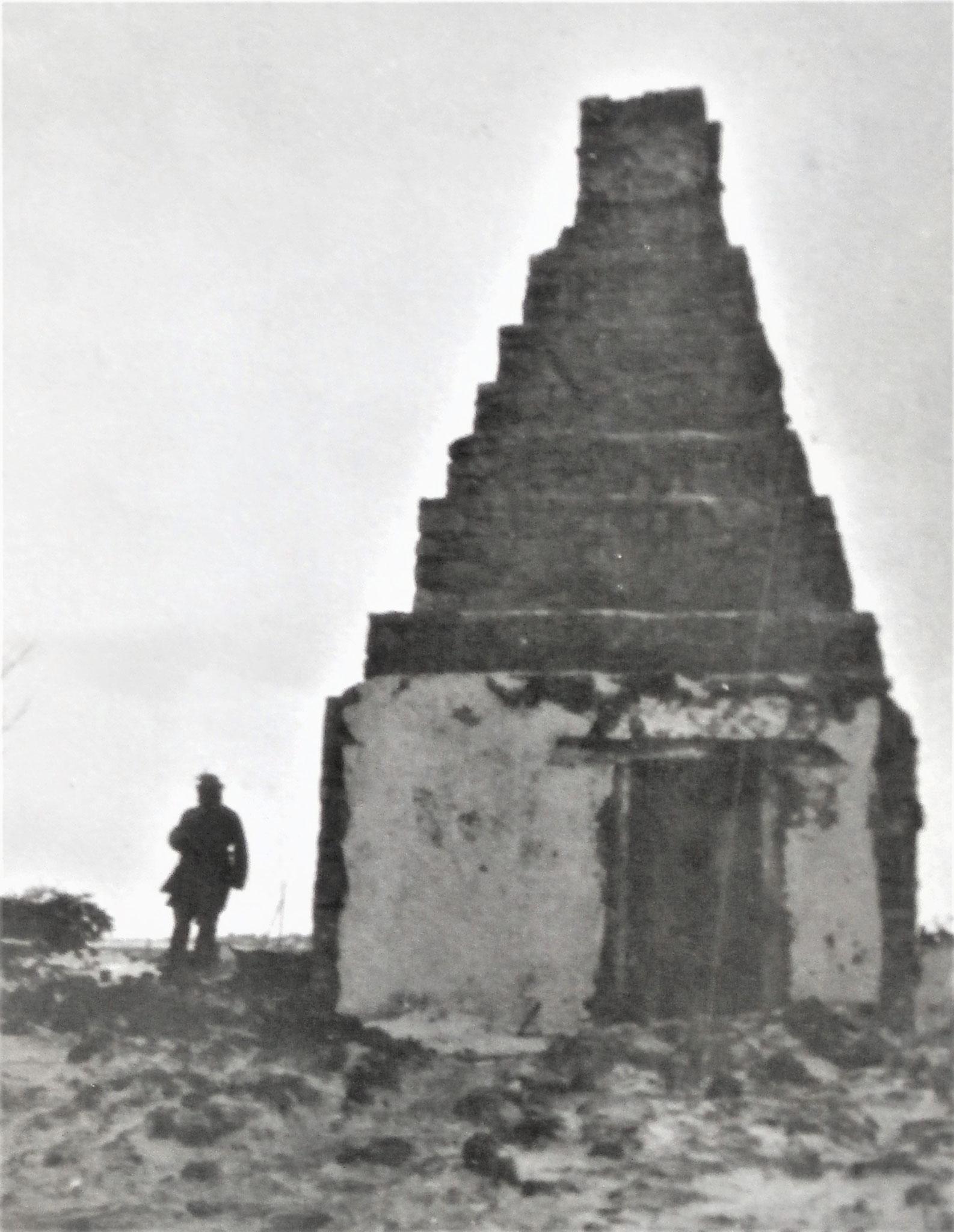 Verbranntes Haus, nur der gemauerte Kamin blieb stehen.