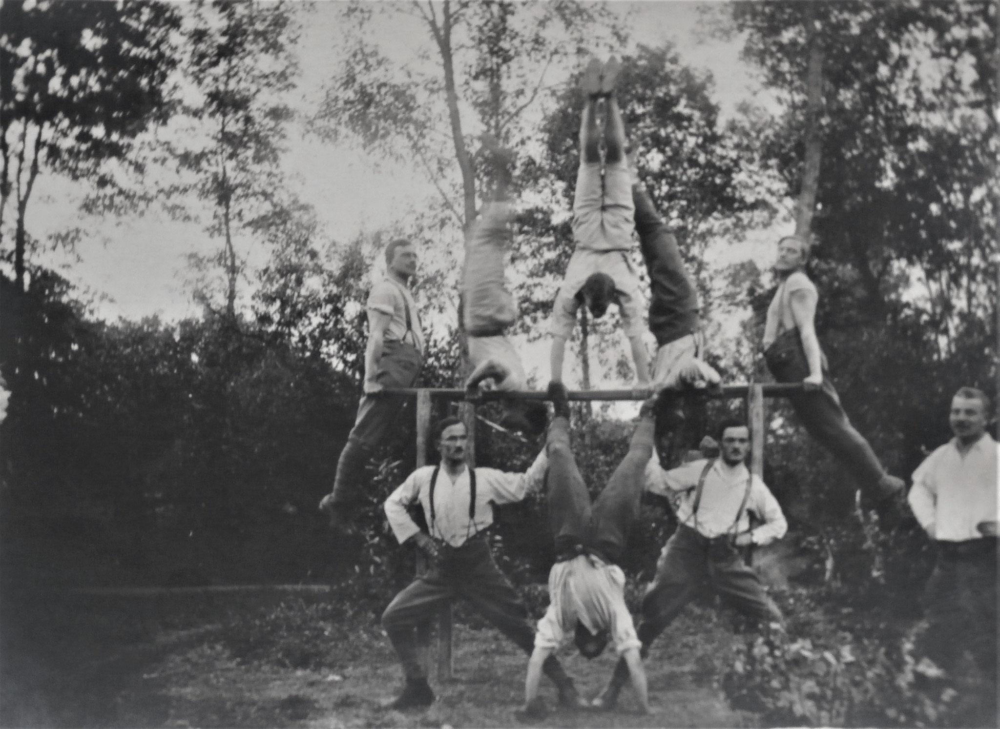 Turnriege beim Gefechtstrain Cziski 1917 Handstand Pospischil.