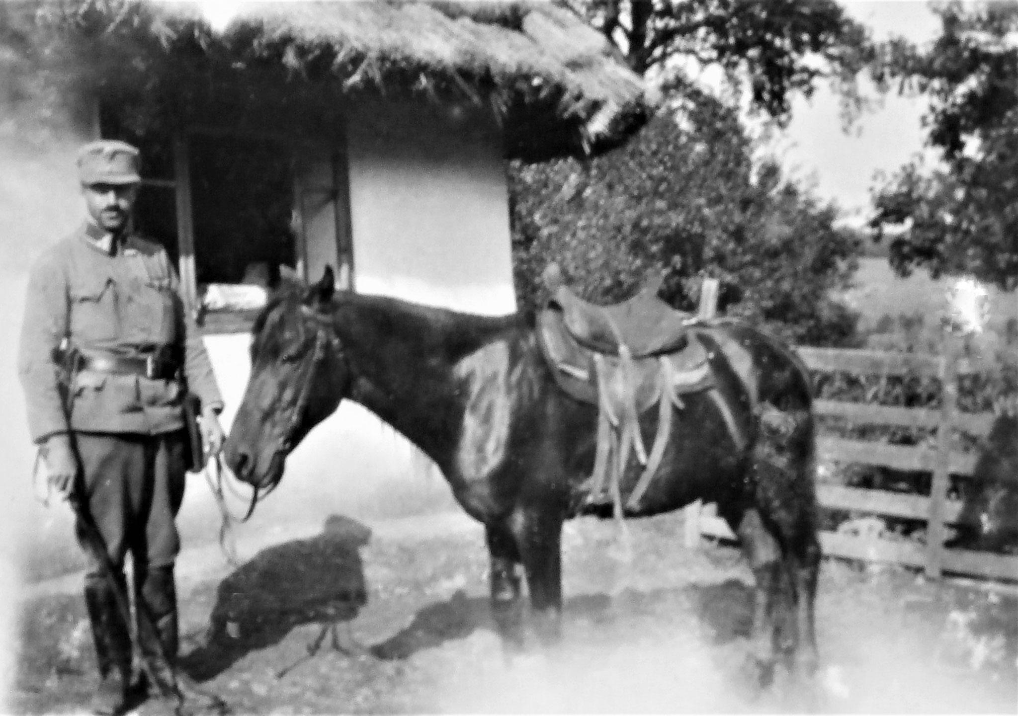Emmerich Stanz der Fuß-Esk. DR 5 bei der Esk.-Kanzlei im Ort (Czernelica, 1916).