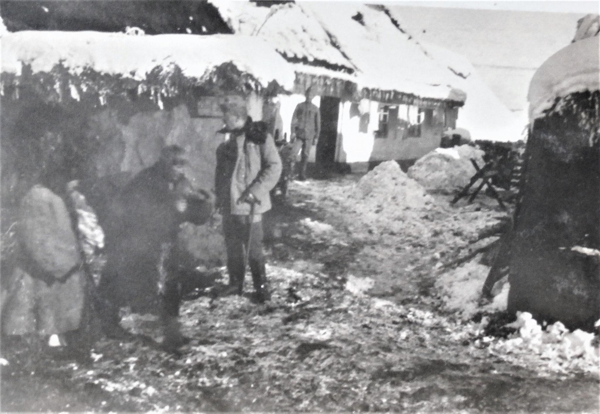 Der von mir damals bewohnte Bauernhof: ich, vor der Haustüre mein braver Offzdiener Mathias Jerina, vorne ich.