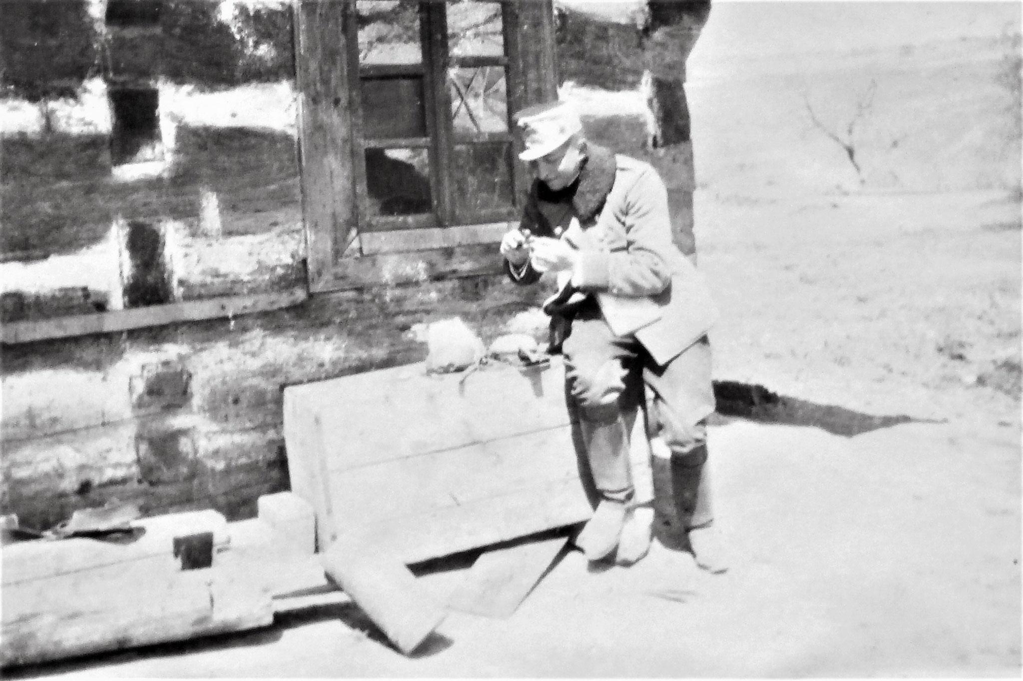 Lt Pinell bei der Rast in Ozenna.