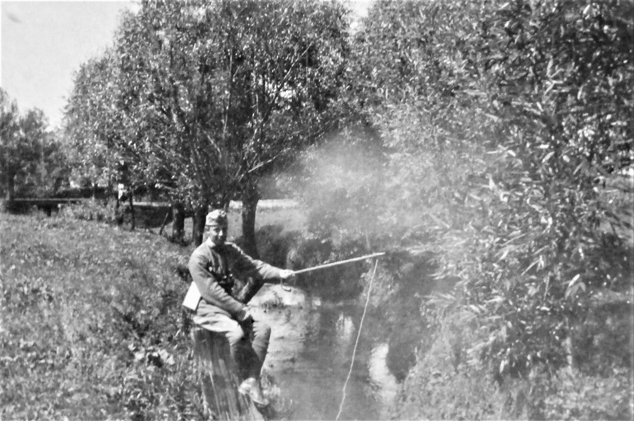Herbst 1916, beim Fischen