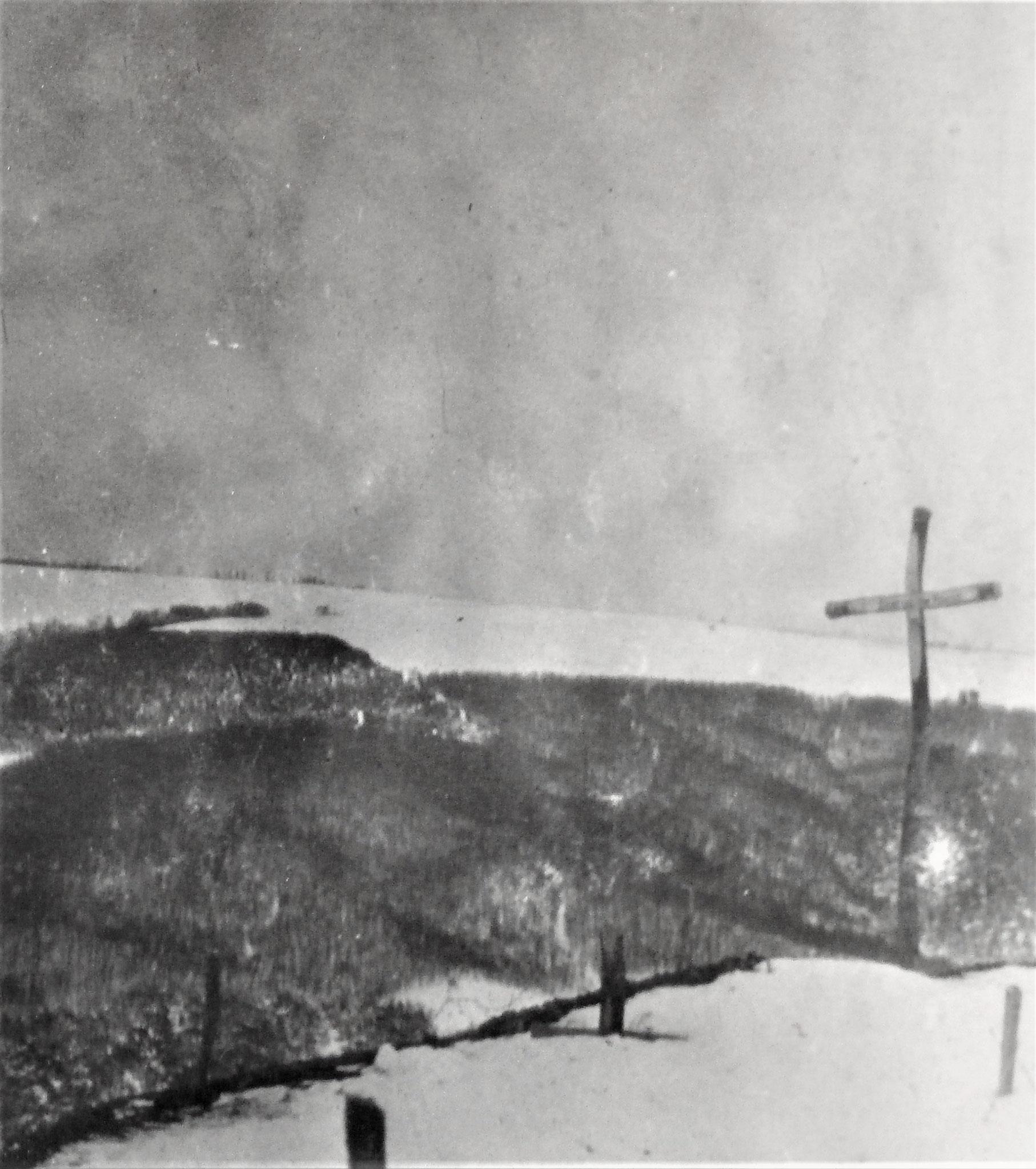 Das vom Mai 1915 stammende Massengrab am Dnjestr westlich Kuniszowce.