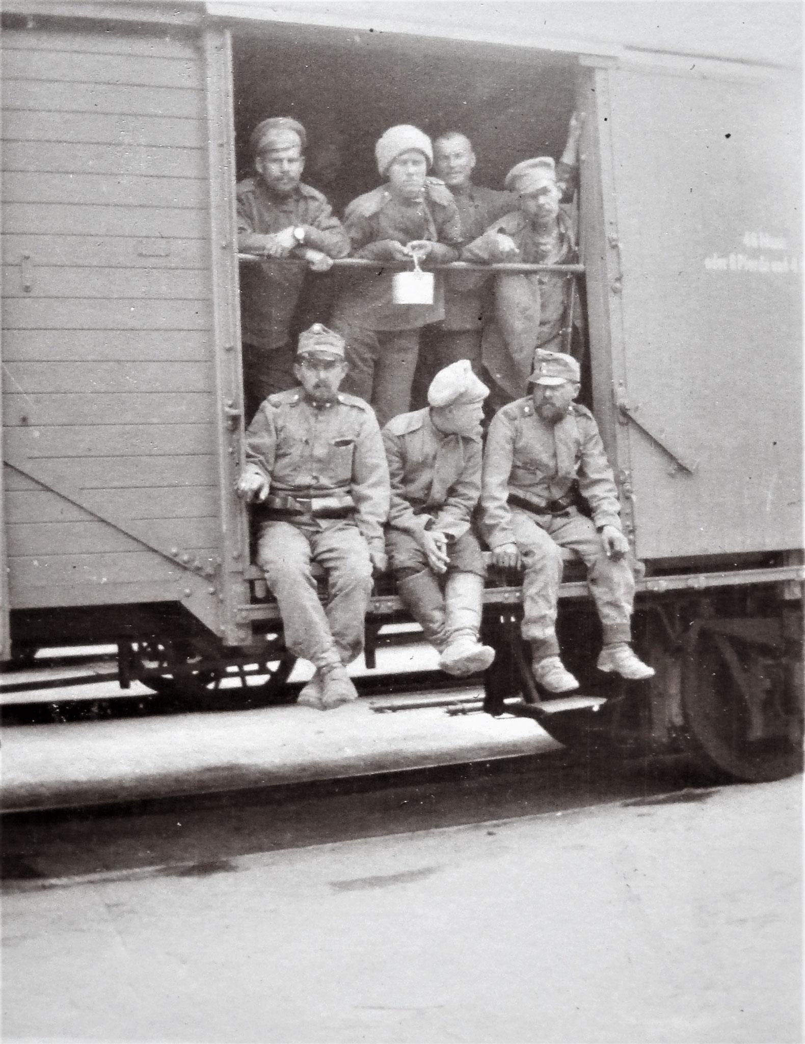 Gefangenentransport am Bahnhof von Homona.