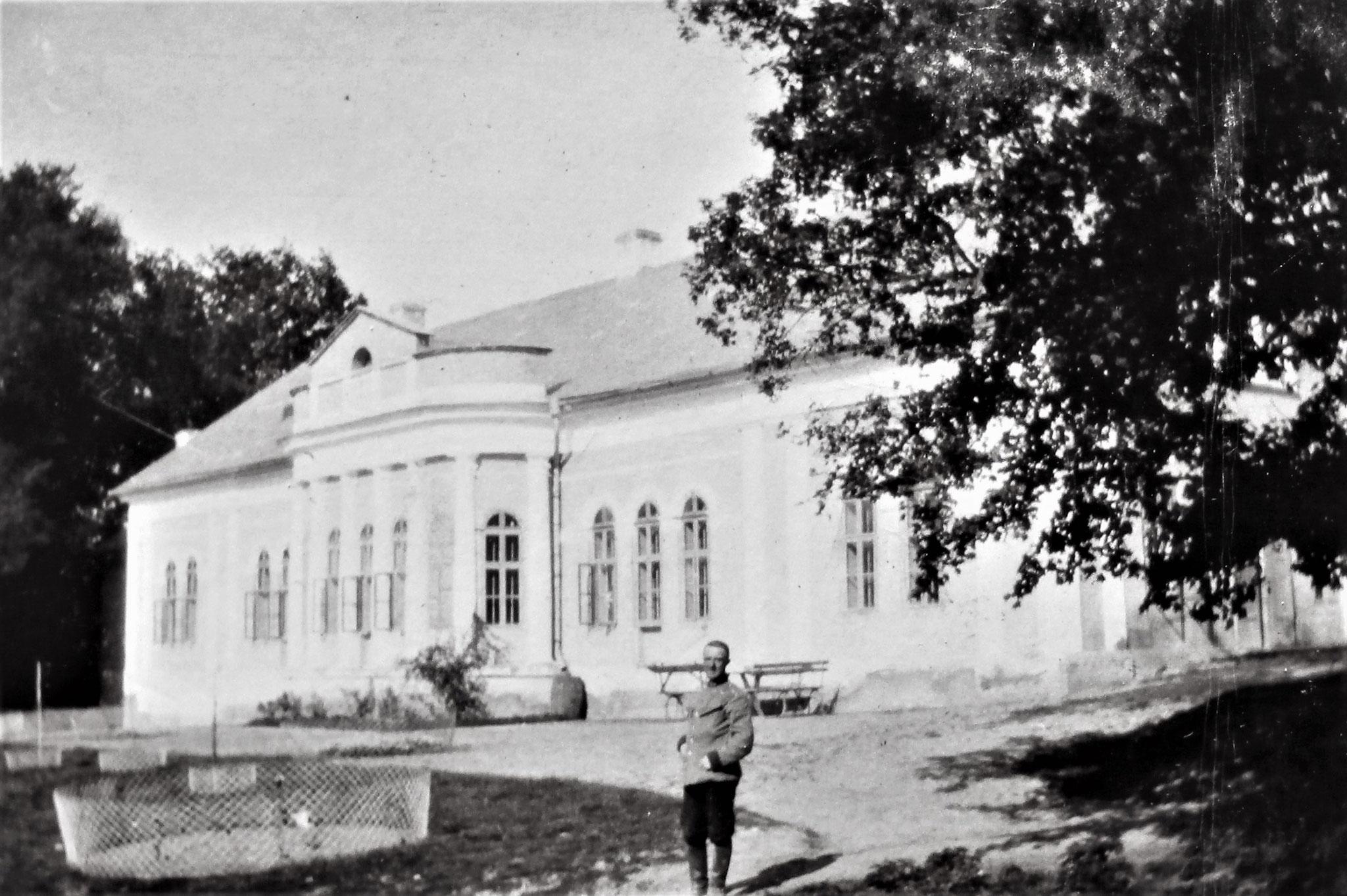 Schloss Klazany, in dem die Offiziere der I. / DR 5 einquartiert waren;  vorne Gariboldi.