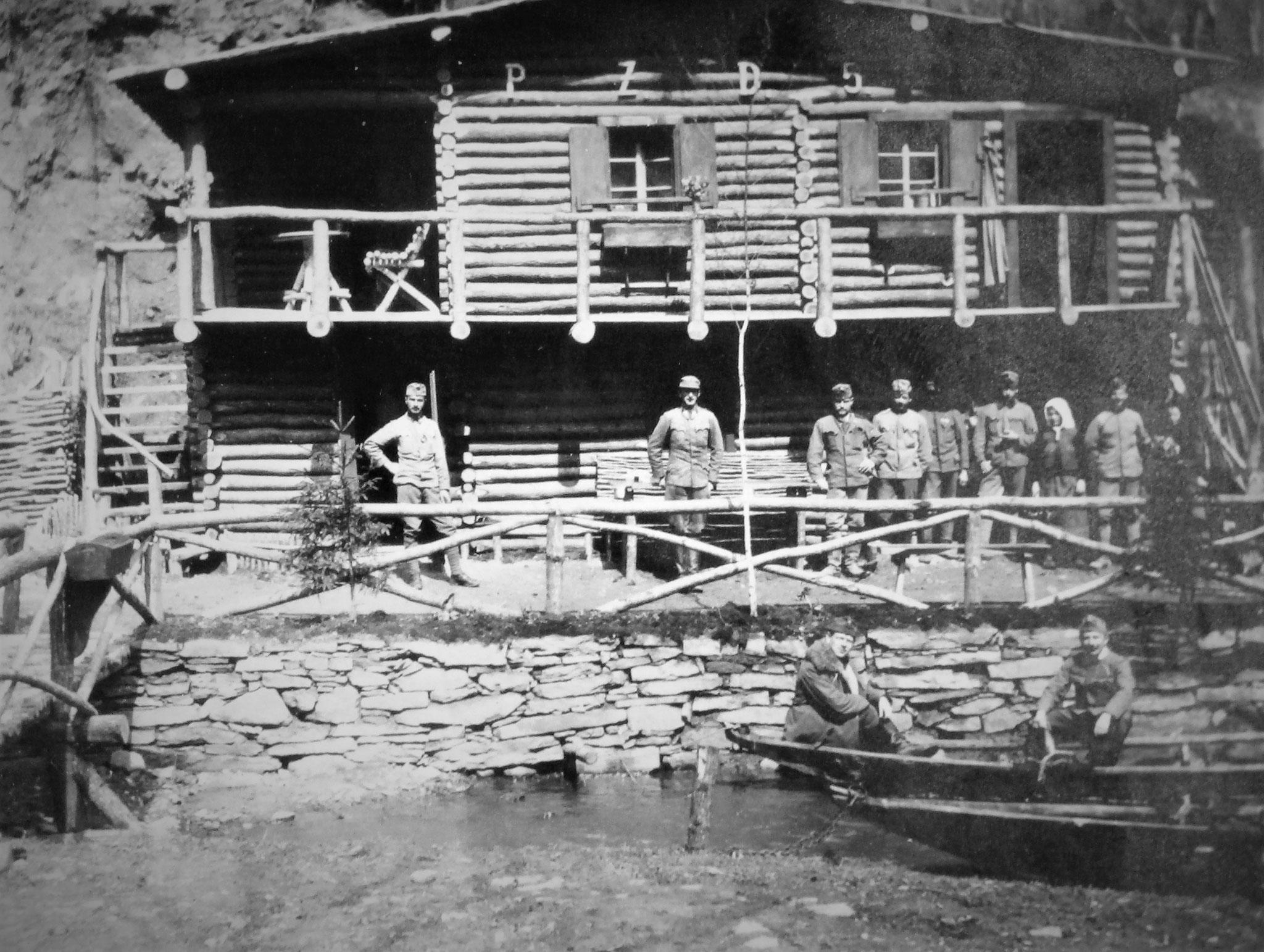 Staubecken mit 2 Zillen, darin Plank u. Uram; am Ufer Kopeinig, Mallinger u. Mannschaft des PZ. mit einer Bäuerin.
