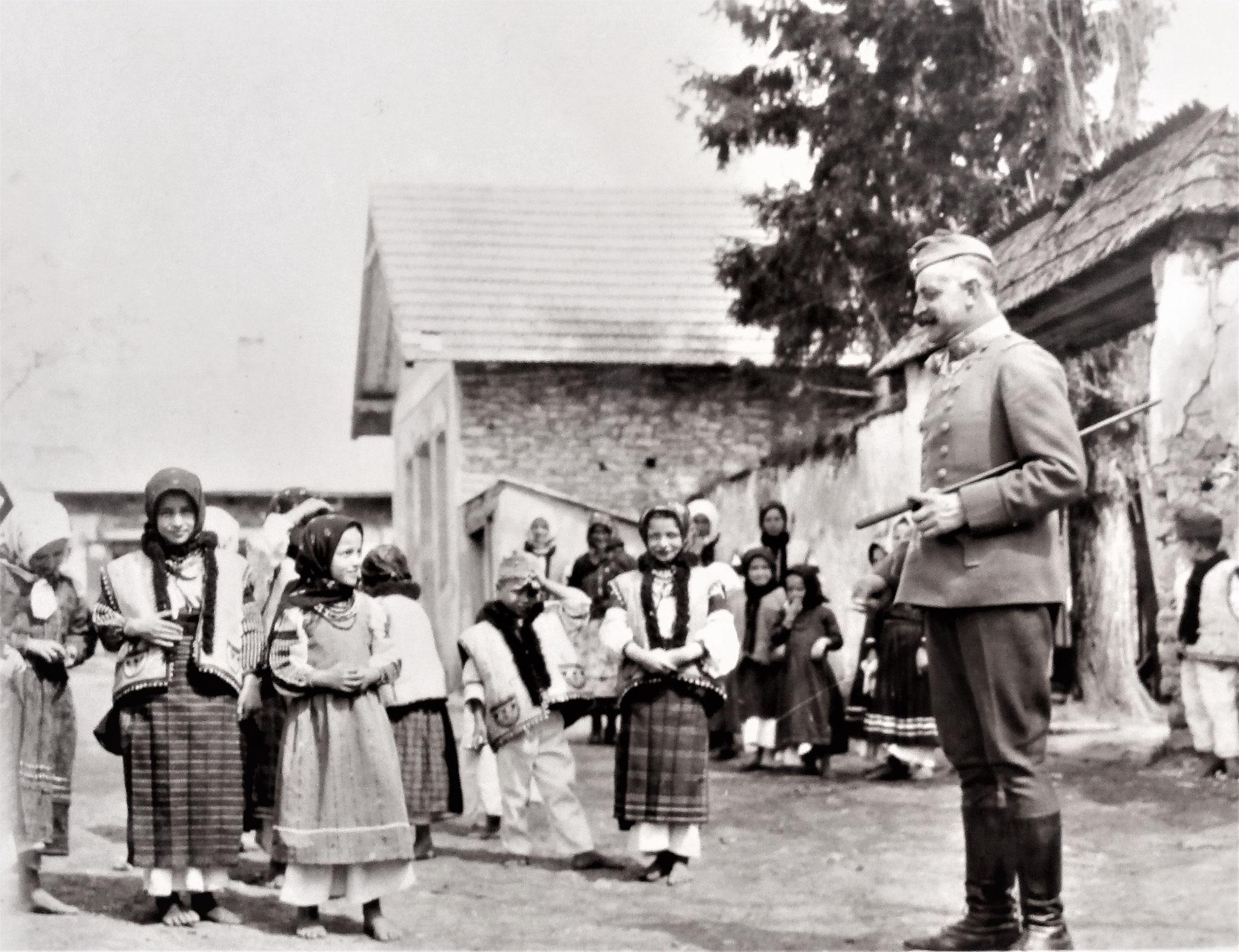 Mjr Gr Paul Almeida mit Dorfkindern.