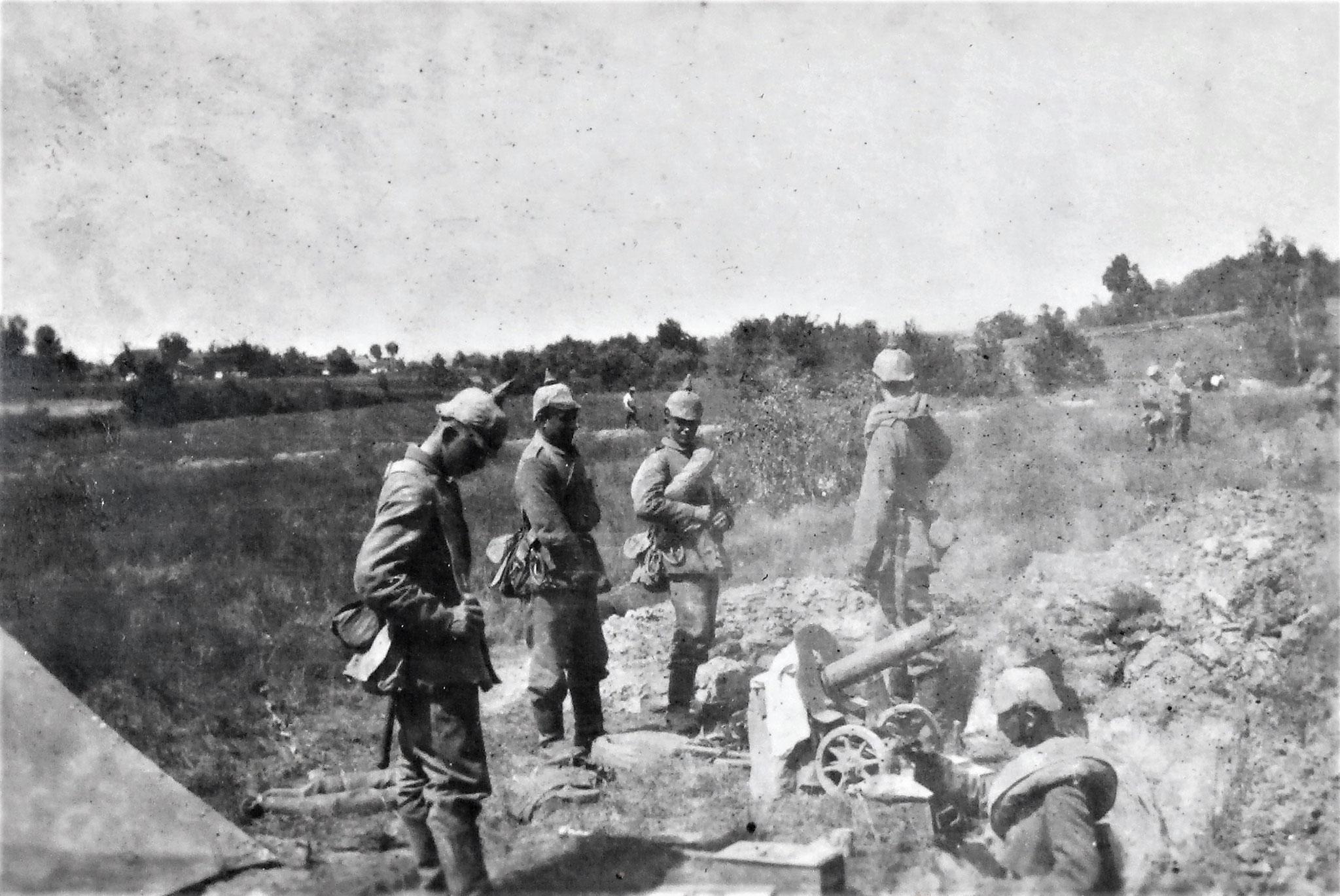 Vorne ein von uns am 3./7. erobertes  MG.