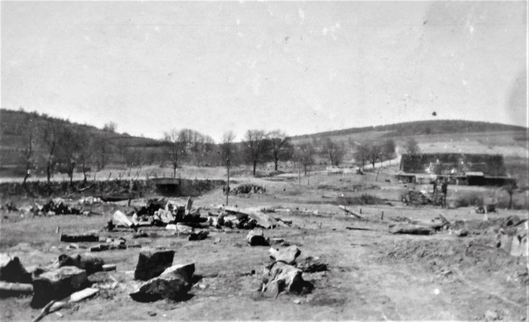Die Reste vom Dorfe Grab, dessen Holzhäuser fast alle verschwunden sind.