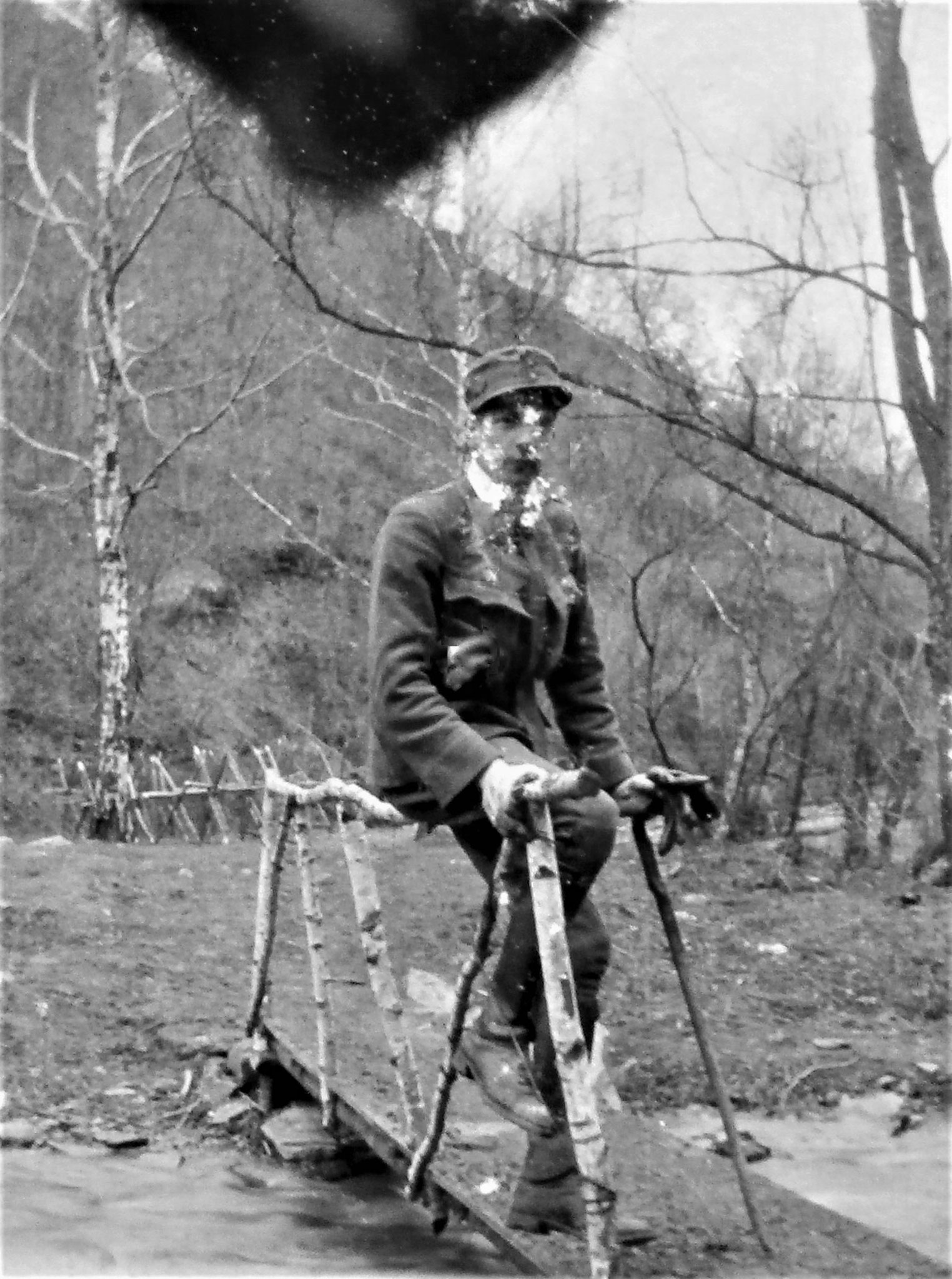 Max Ernst Attems auf dem Steg über den Legbach.