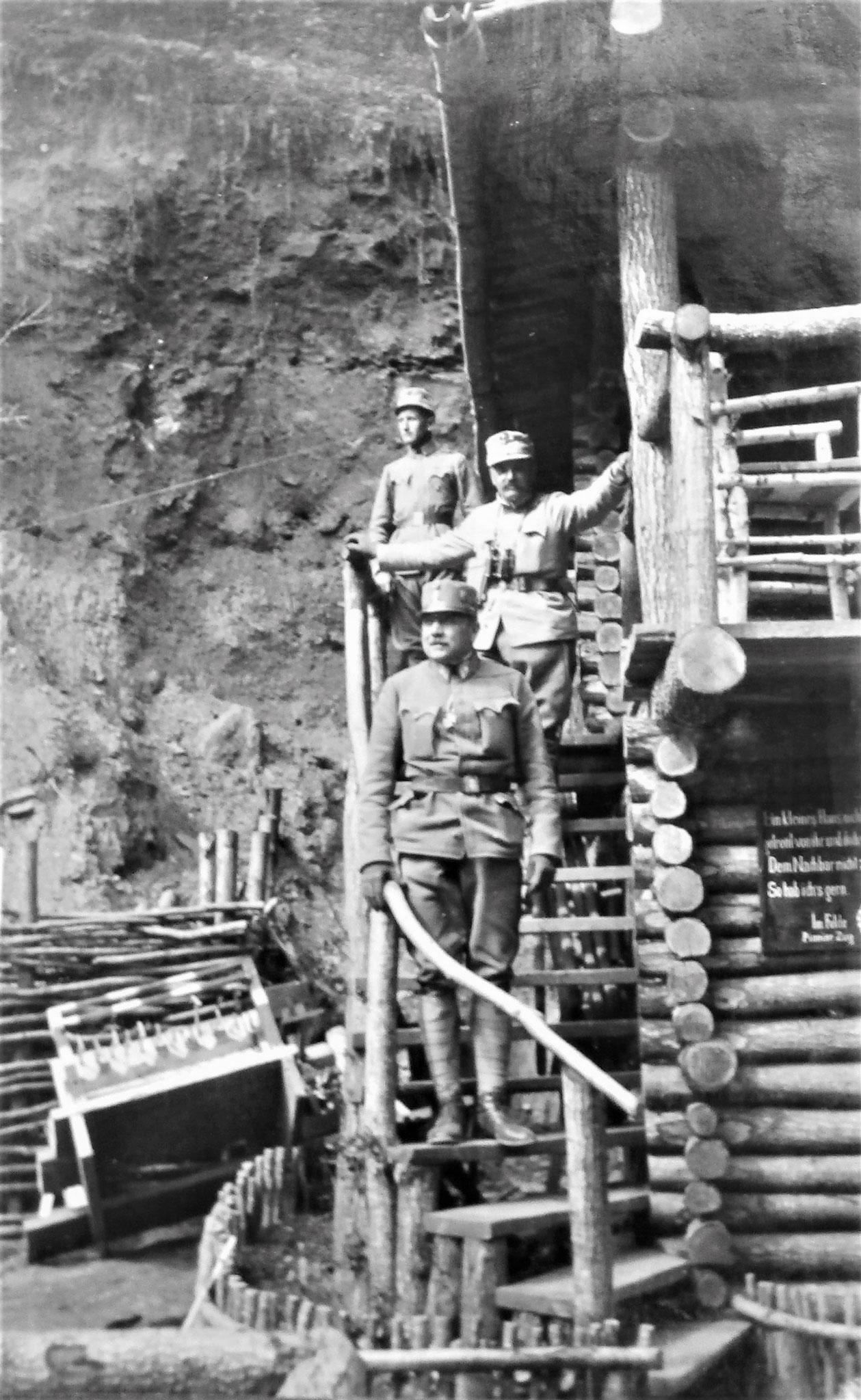 Stiege zum 1. Stock. Von unten: Kopecek, GM v. Redlich (14. KavBr.) u. Paul.