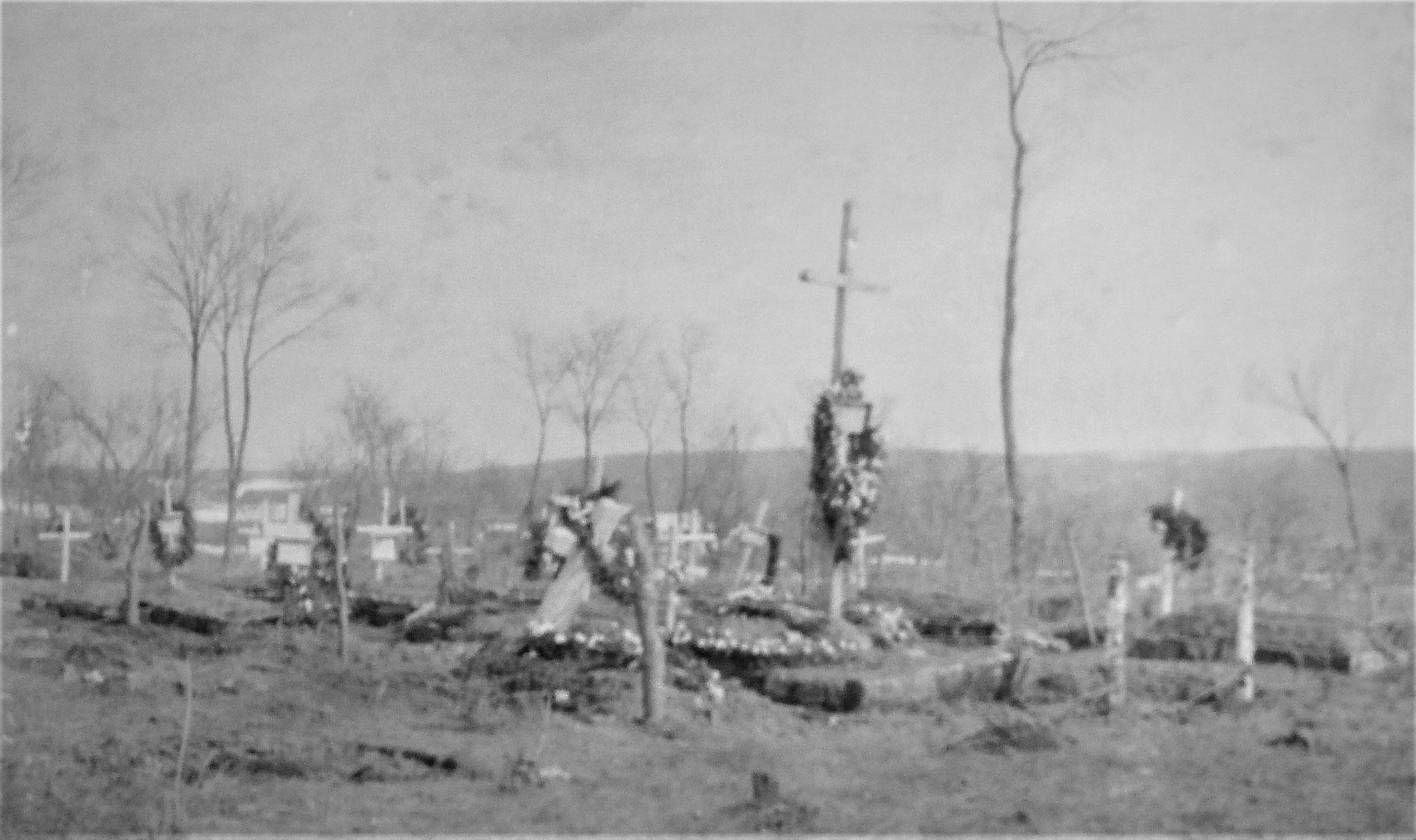 Soldatenfriedhof hinter dem katholischen Ortsfriedhof.