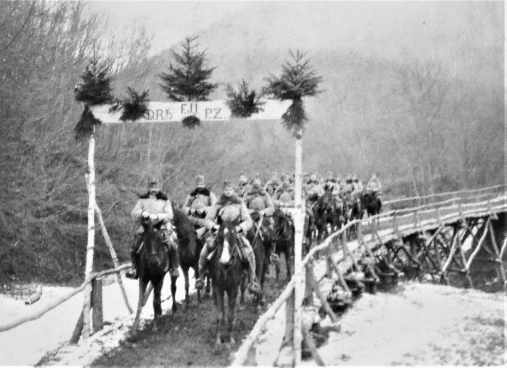 Dieselbe fertig; stehend: der 3. Zug der 3. Eskadron; vorne links Zgfr Fauland.