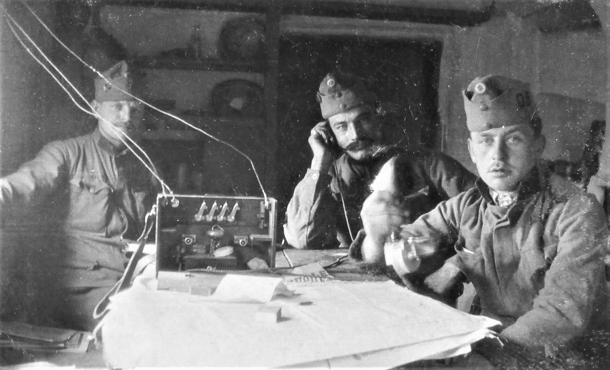 Die Telefonstation; vorne rechts Kpl Stengg (3. Esk).