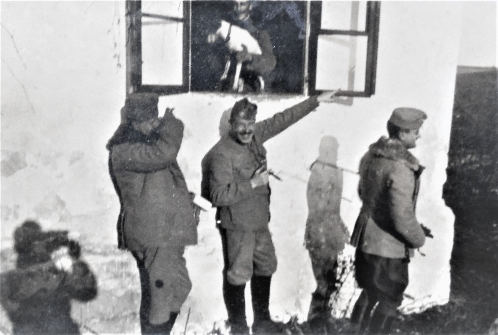 """""""Ein  Flieger!""""; die gleichen Personen, links der Schatten des photographierenden Zenone."""