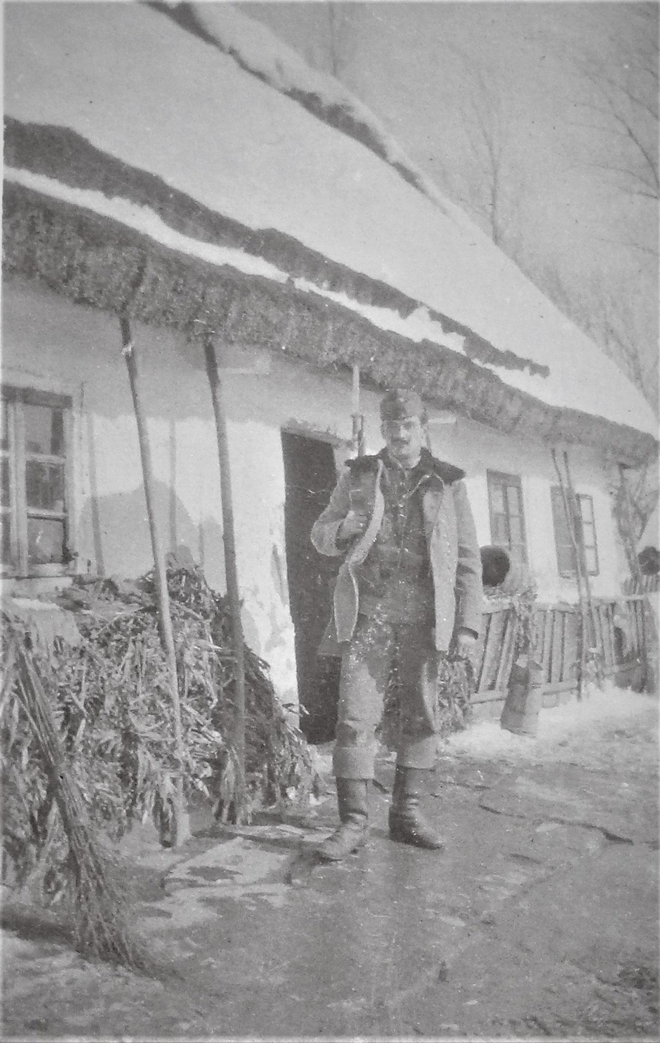 Das Telefonhaus, davor Kpl Leisacher (1. Esk).