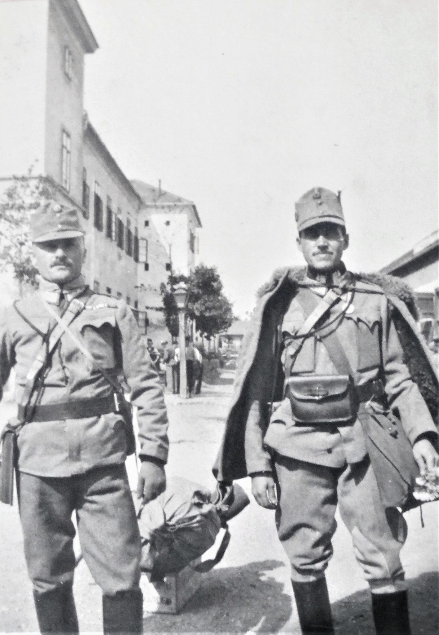 Stbwchtm. Josef Rath (6. Esk) u. Franz Kopriwa (3. Esk). Vor Wiederabgehen ins Feld in Marburger Kavalleriekaserne.