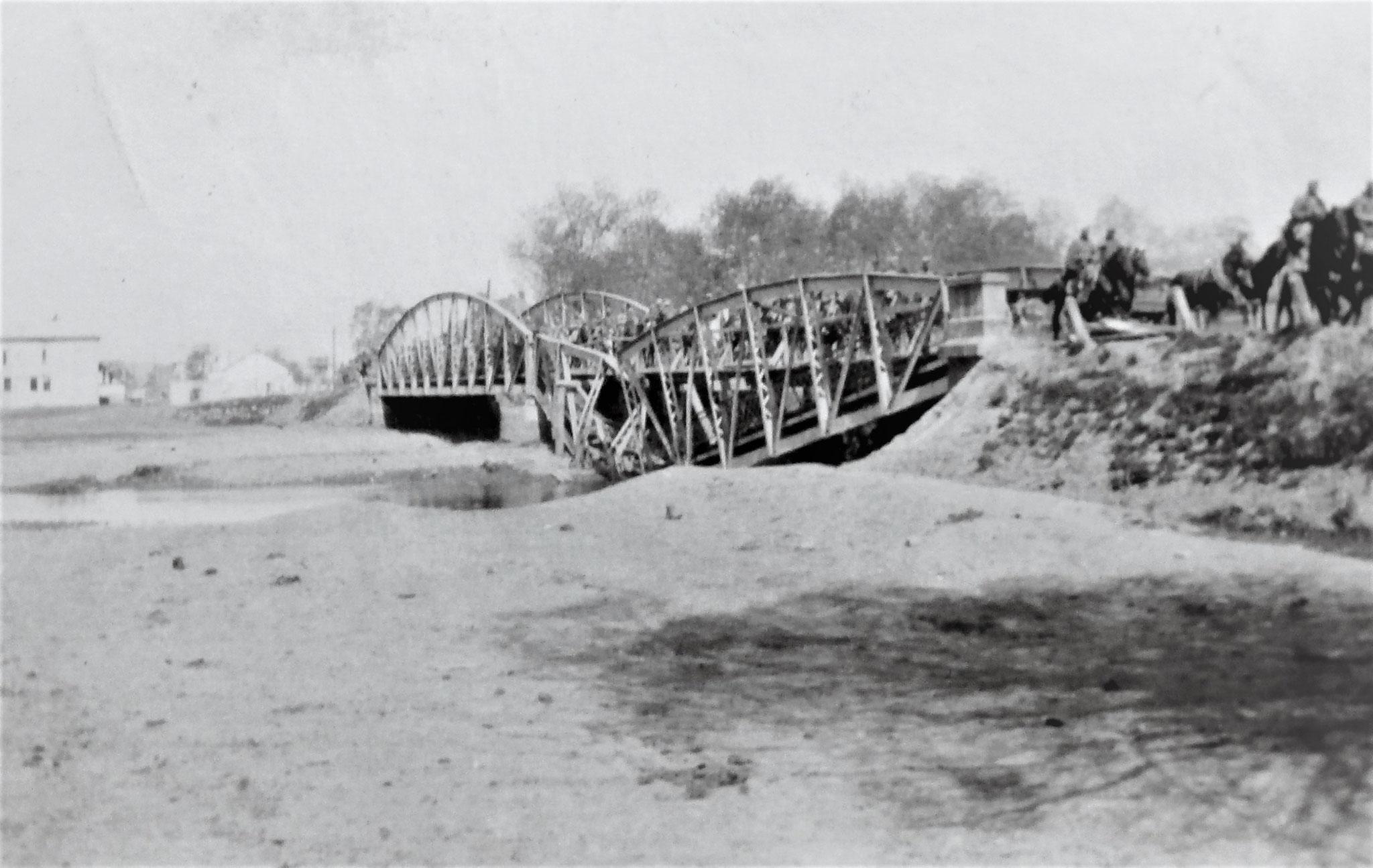 Wiederhergestellte Brücke bei Felsövizköz , auf der Strasse 3./D5 am Marsche.