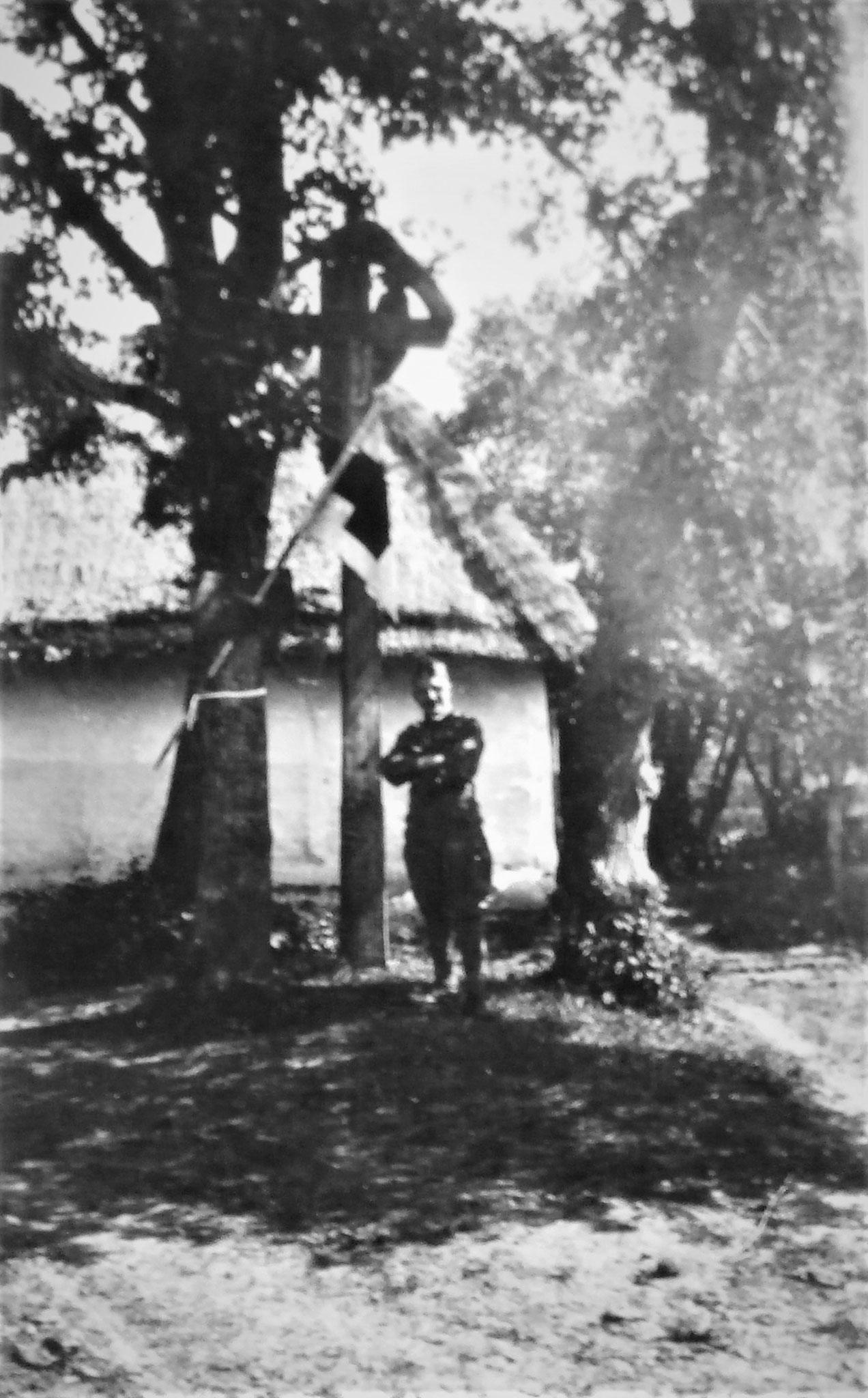 Uram als Chefarzt des DR 11 bei seinem Hause neben dem Rgts-HP.