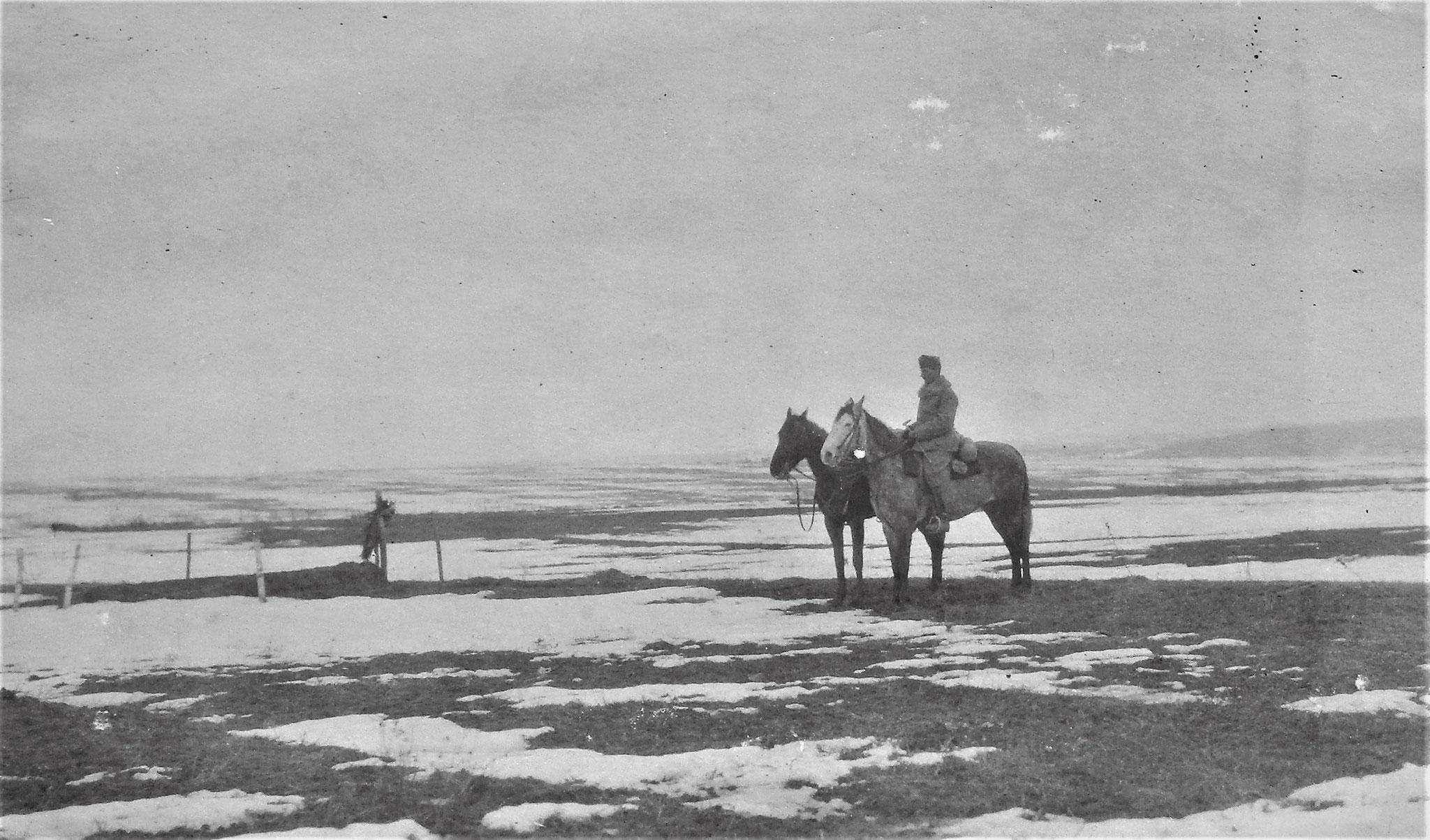 Einsames Grab auf der öden Fläche von Czernelica; rechts die Pferde Sulkowskis.