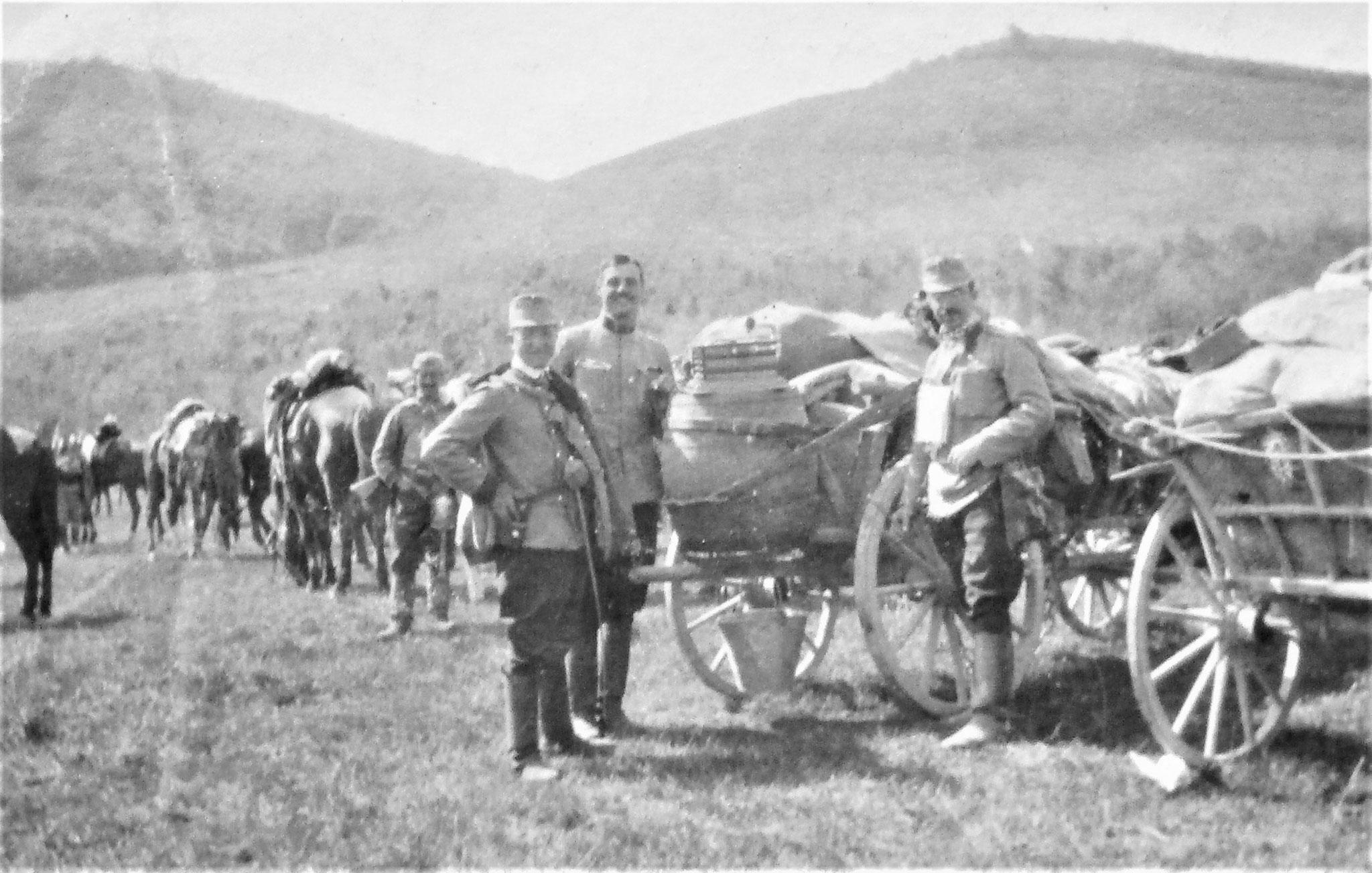 Mai 1915, bei Felsö – Vizköz. Links neben ihm: Max Kirchbach und RUO Stanz.