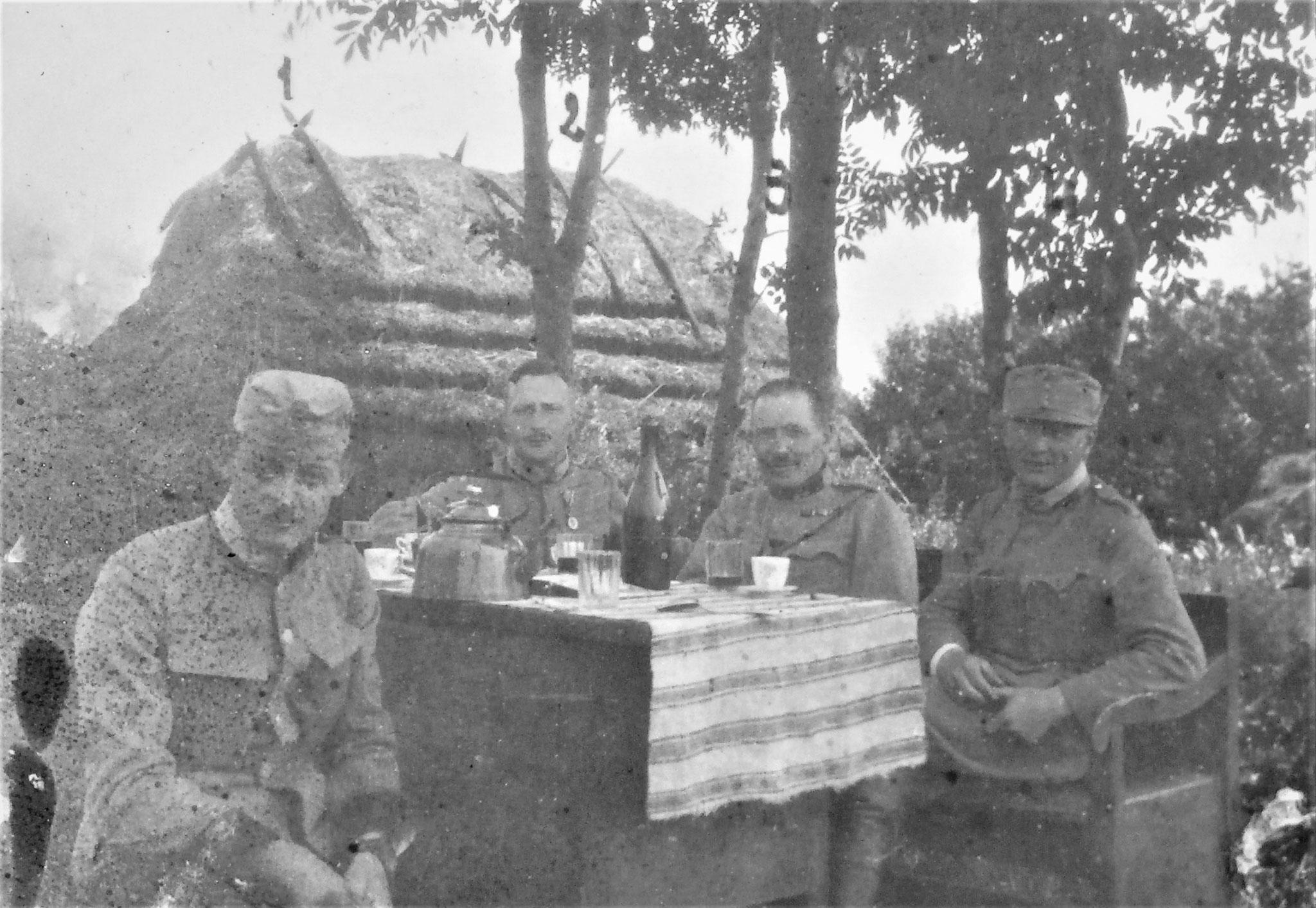 Bei der 2./D5 in Tyszkowce, nach dem Mittagessen: Reskdt Heinrich Ritt. v. Plessing, Oblt Carl Zenone, ich, Oblt Alfred Müller.