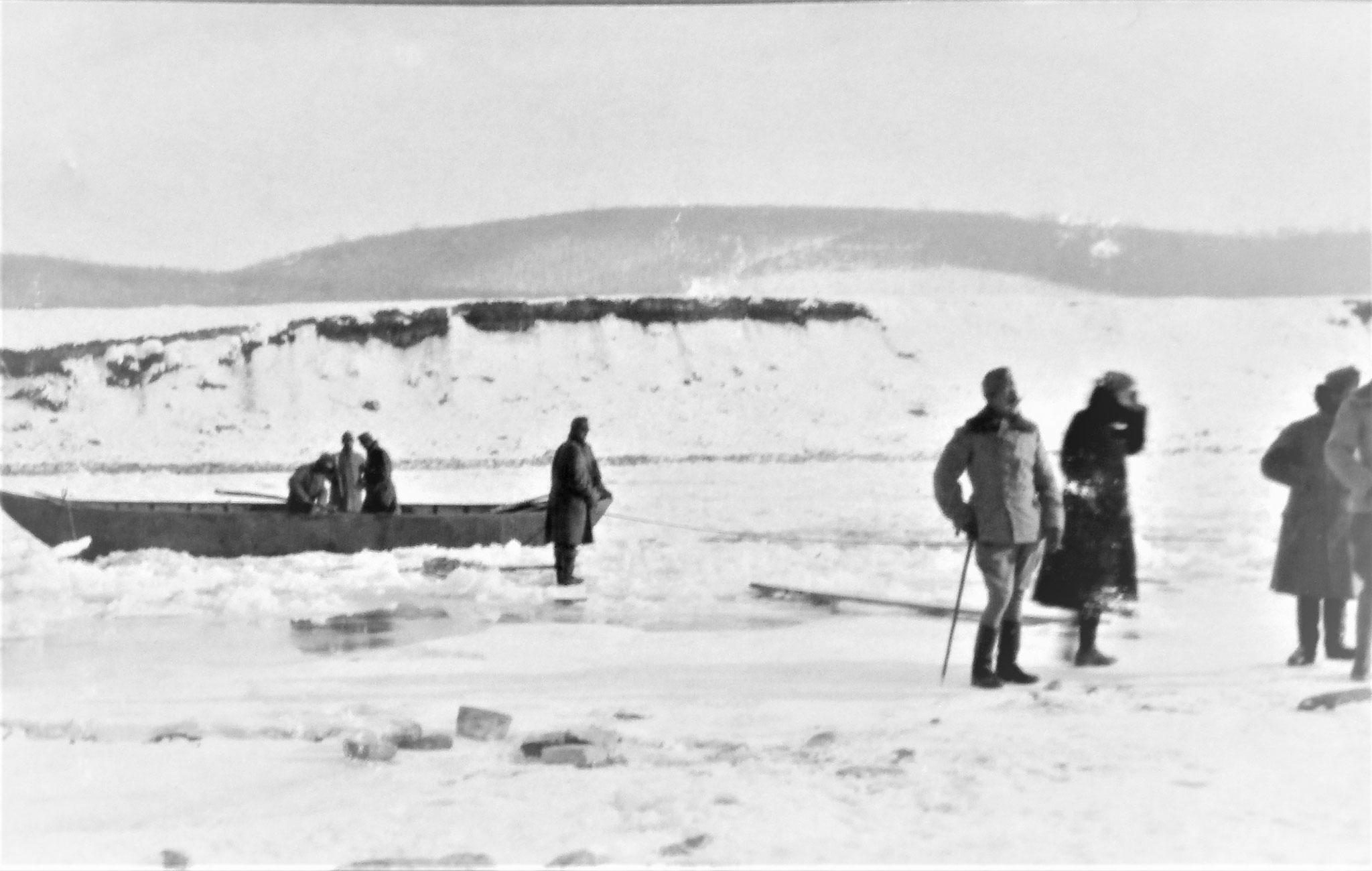 Ponton am Südufer; rechts: Pfersmann, ich, Plank und zur Hälfte Hedenigg.