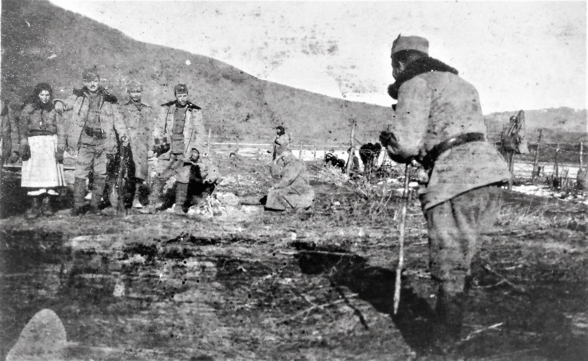 Erich Attems photographiert eine Gruppe von Dragonern u. Arbeiterinnen am Dnjestr.